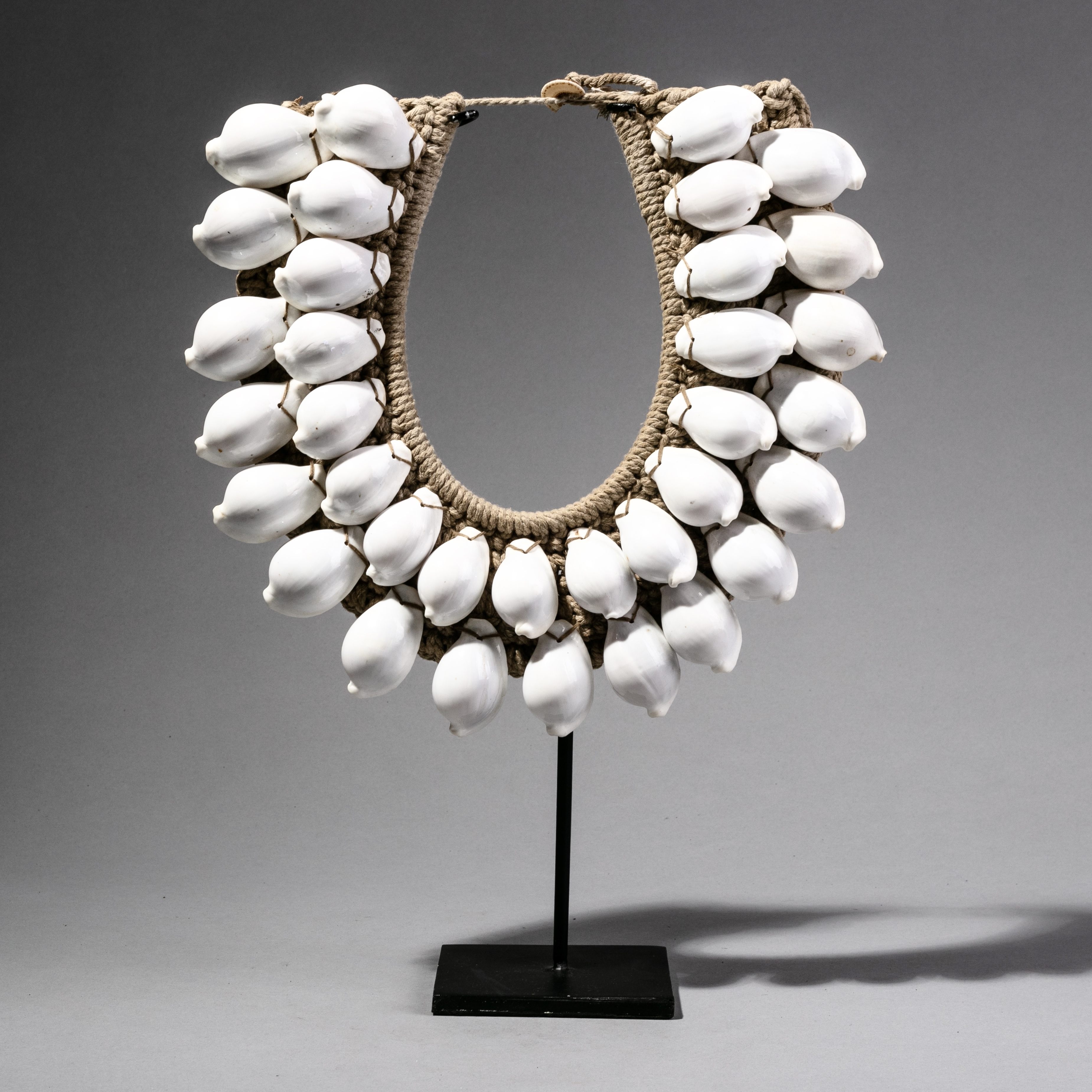 A PURE WHITE SCULPTURAL SHELL NECKLACE ( No 2701 )