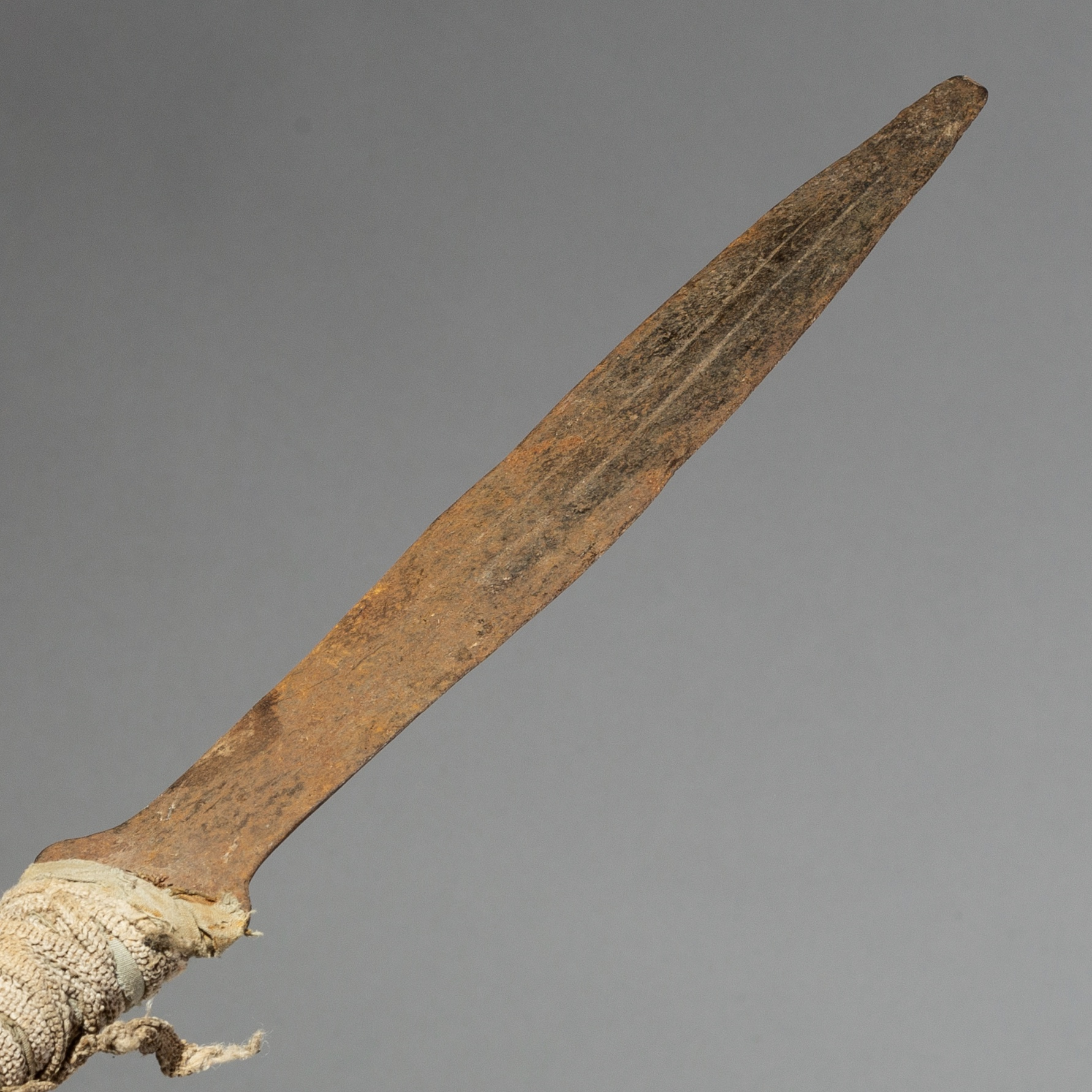 SD A CLOTH BOUND IRON CURRENCY BLADE FROM CAMEROON ( No 2157 )