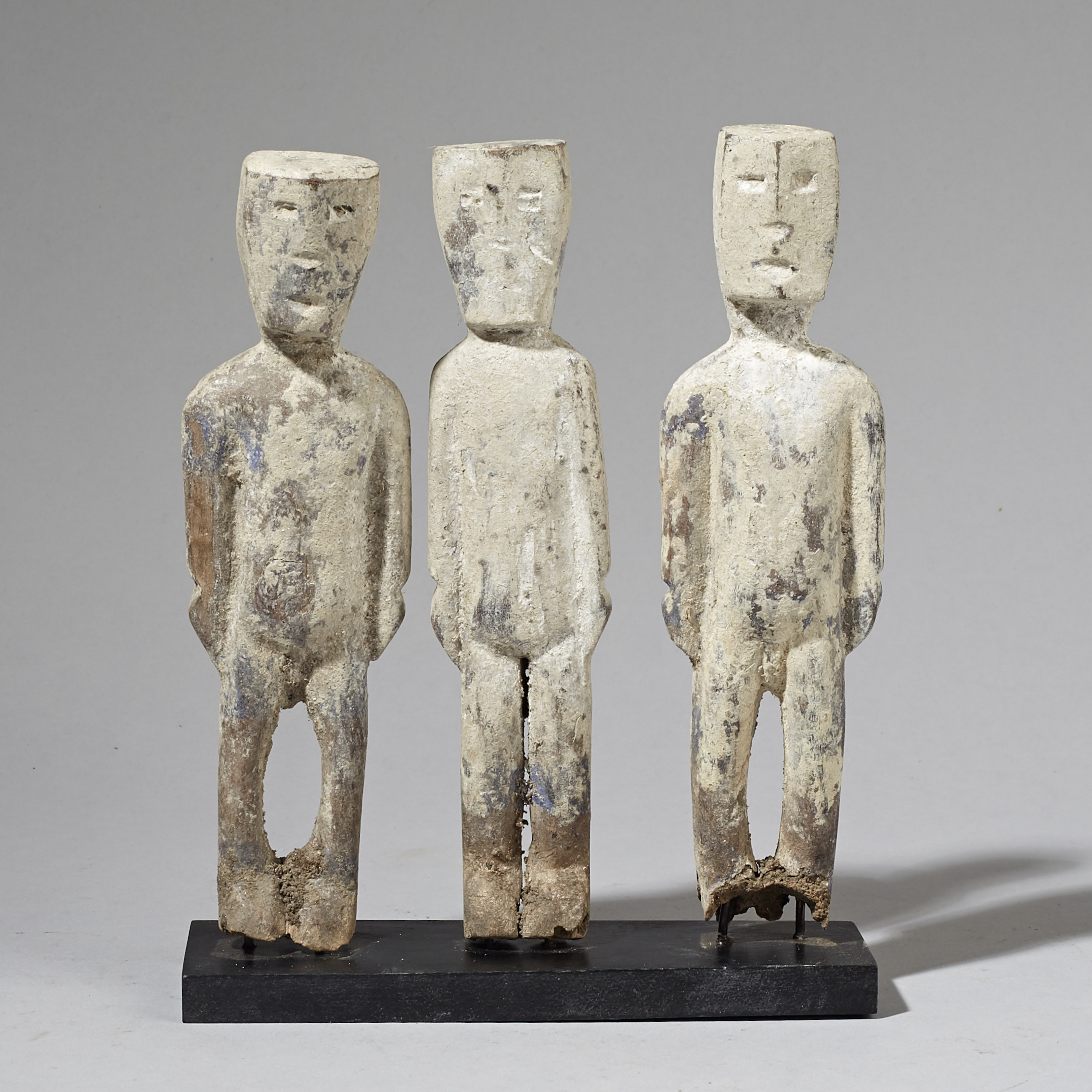 A GROUP OF 3 WHITE ADAN ANCESTOR FIGURES FROM GHANA ( No 2923 )