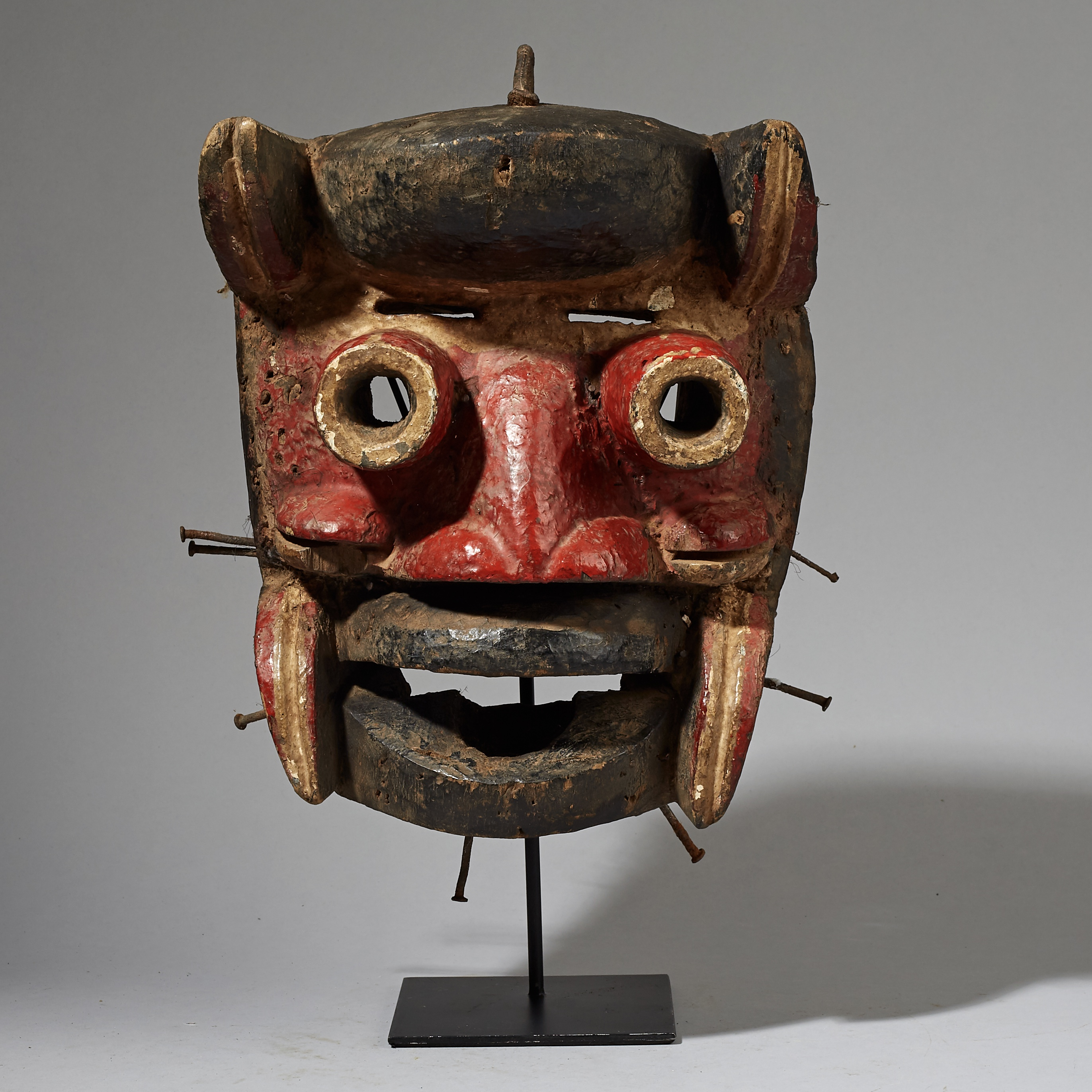 A DRAMATIC GUERRE MASK FROM THE IVORY COAST ( No 2910 )