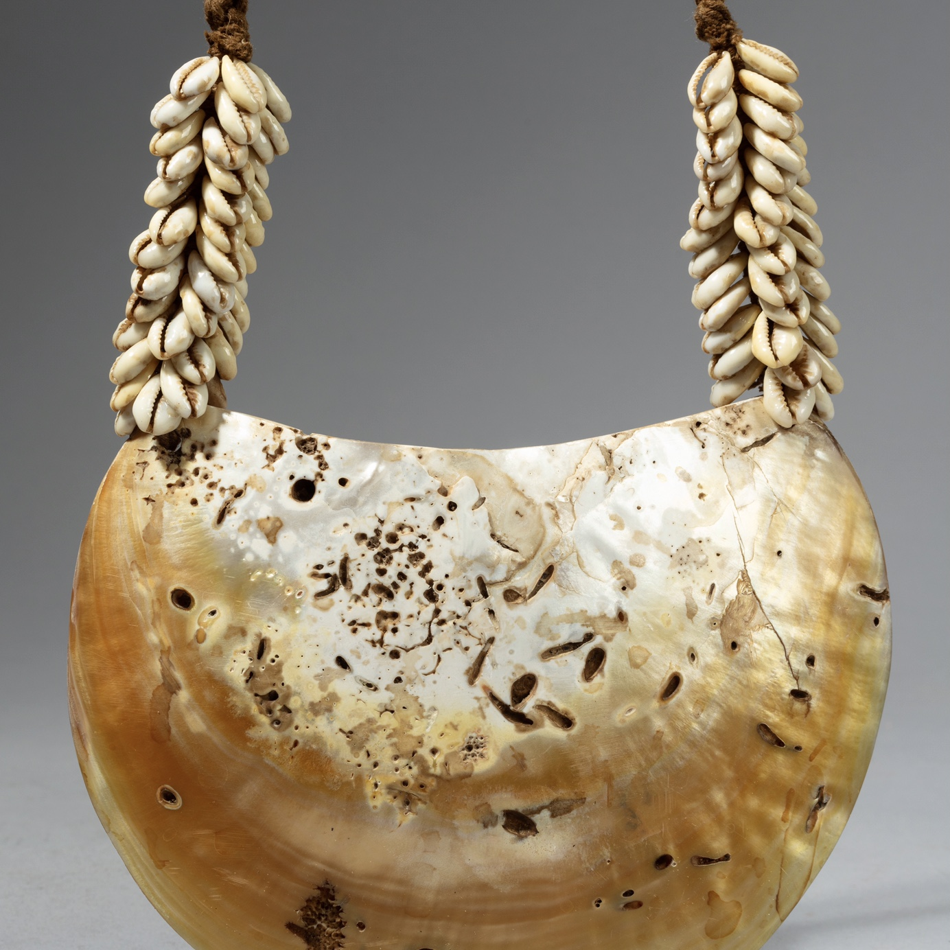 A BIG SHELL NECKLACE FROM PNG ( No 4251)