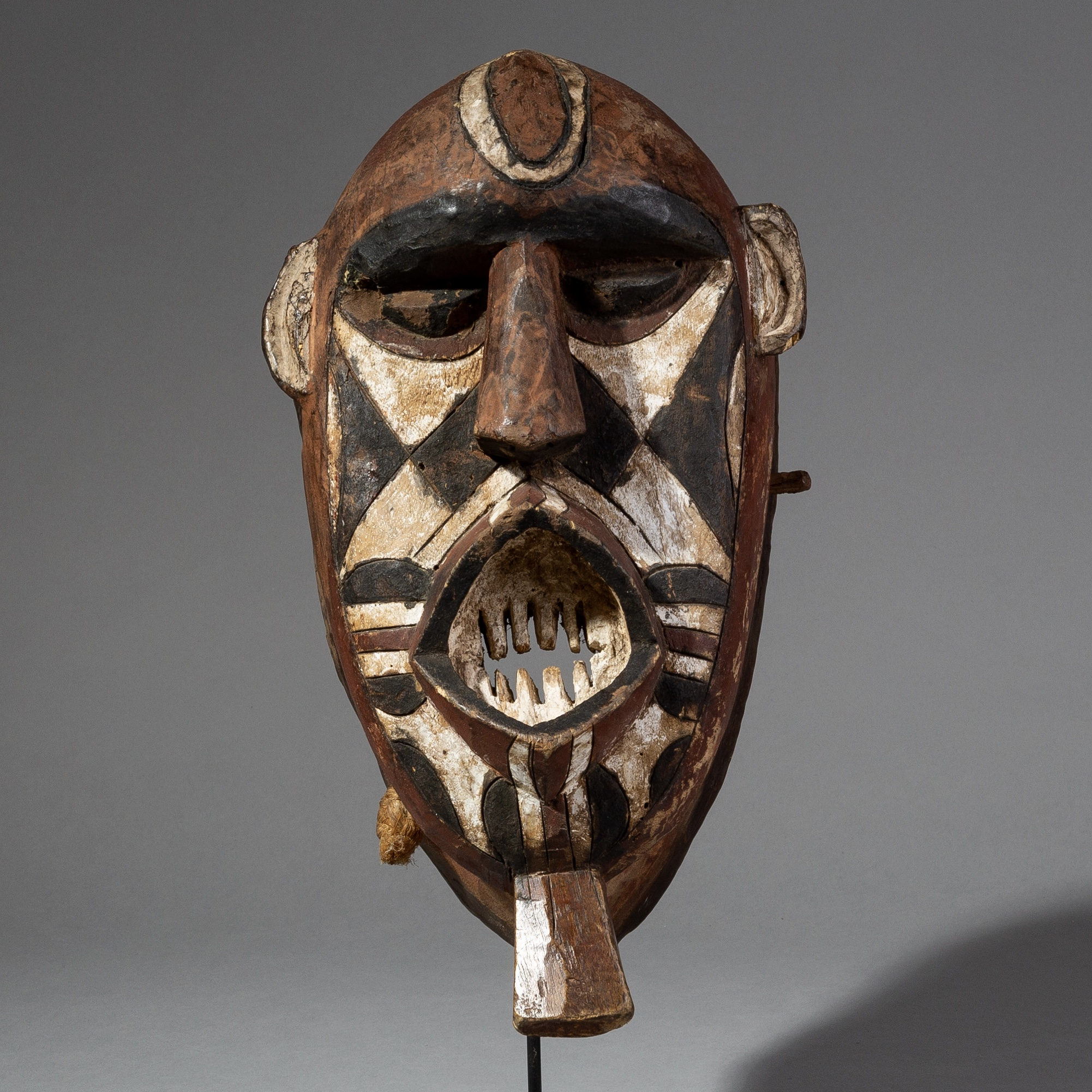 A POWERFUL GEOMETRIC MOSSI MASK WITH EARTHY PIGMENTS FROM BURKINA FASO, MOUNTED ( No 2115 )