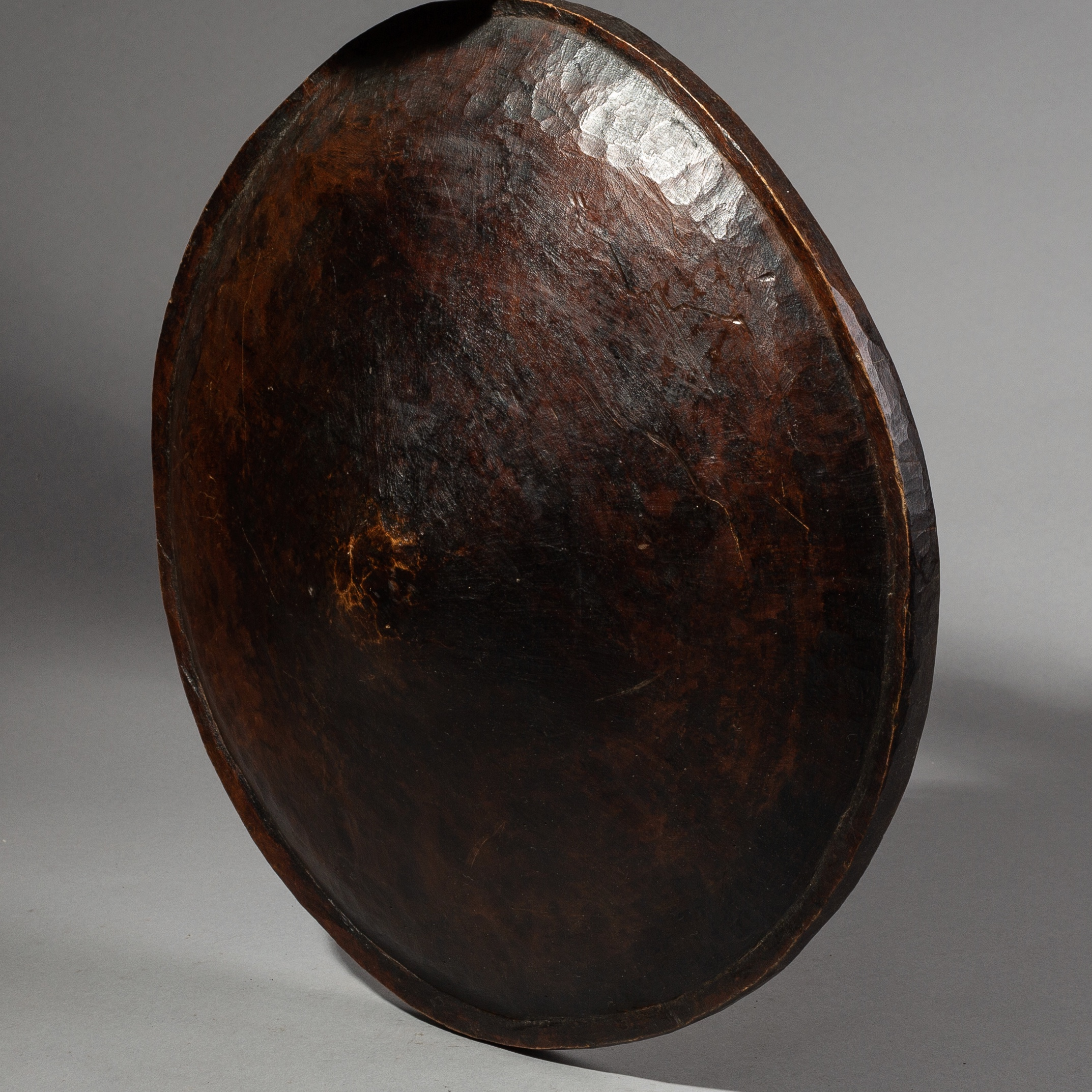 A SOPHISTICATEDLY SIMPLE WOODEN SHIELD FROM ETHIOPIA ( No 1812 )
