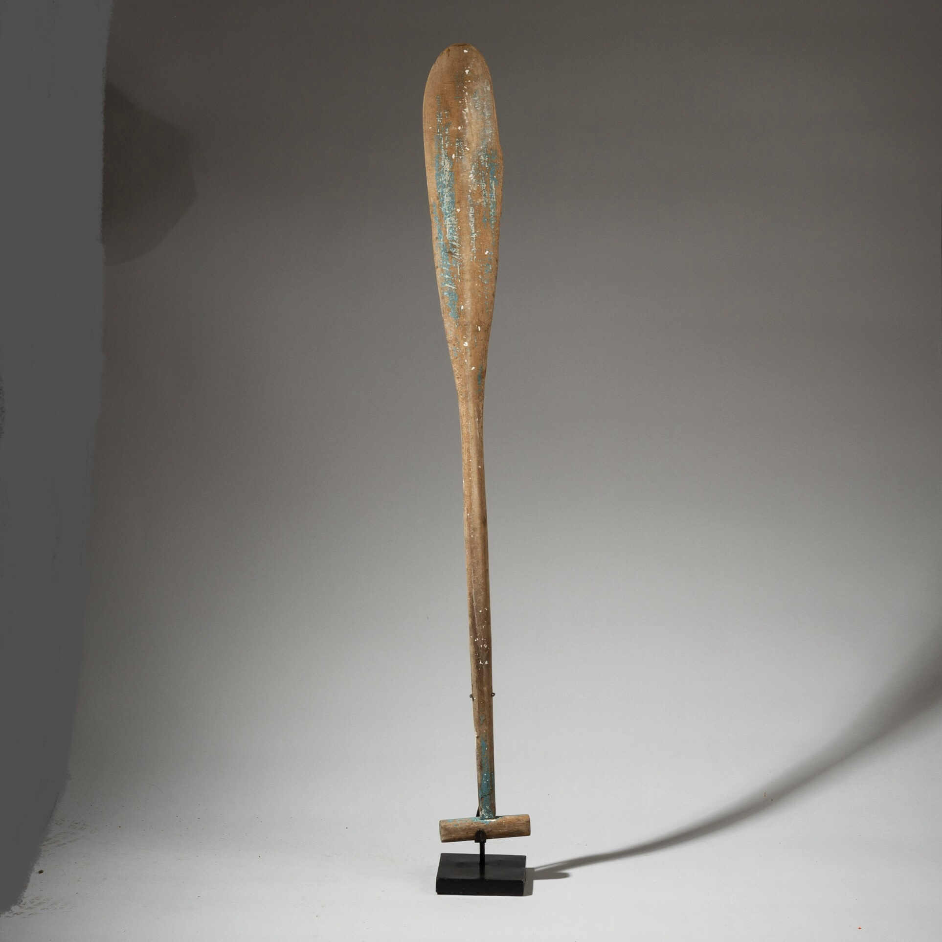 A SULAWESI OAR WITH SKY BLUE PAINTED PATINA ( No 3176 )