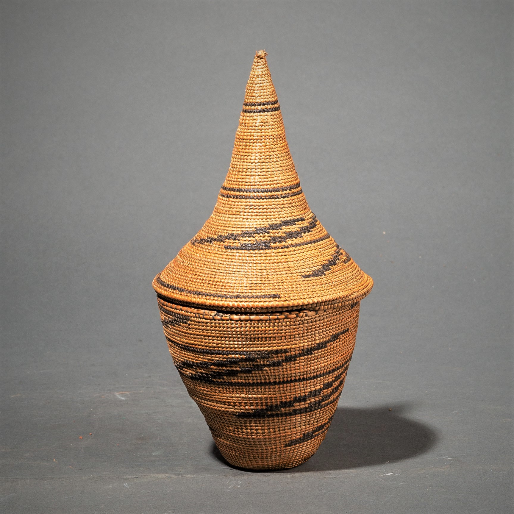 A SMALL TUTSI BASKET WITH LINEAR DESIGNS ( No 83 )