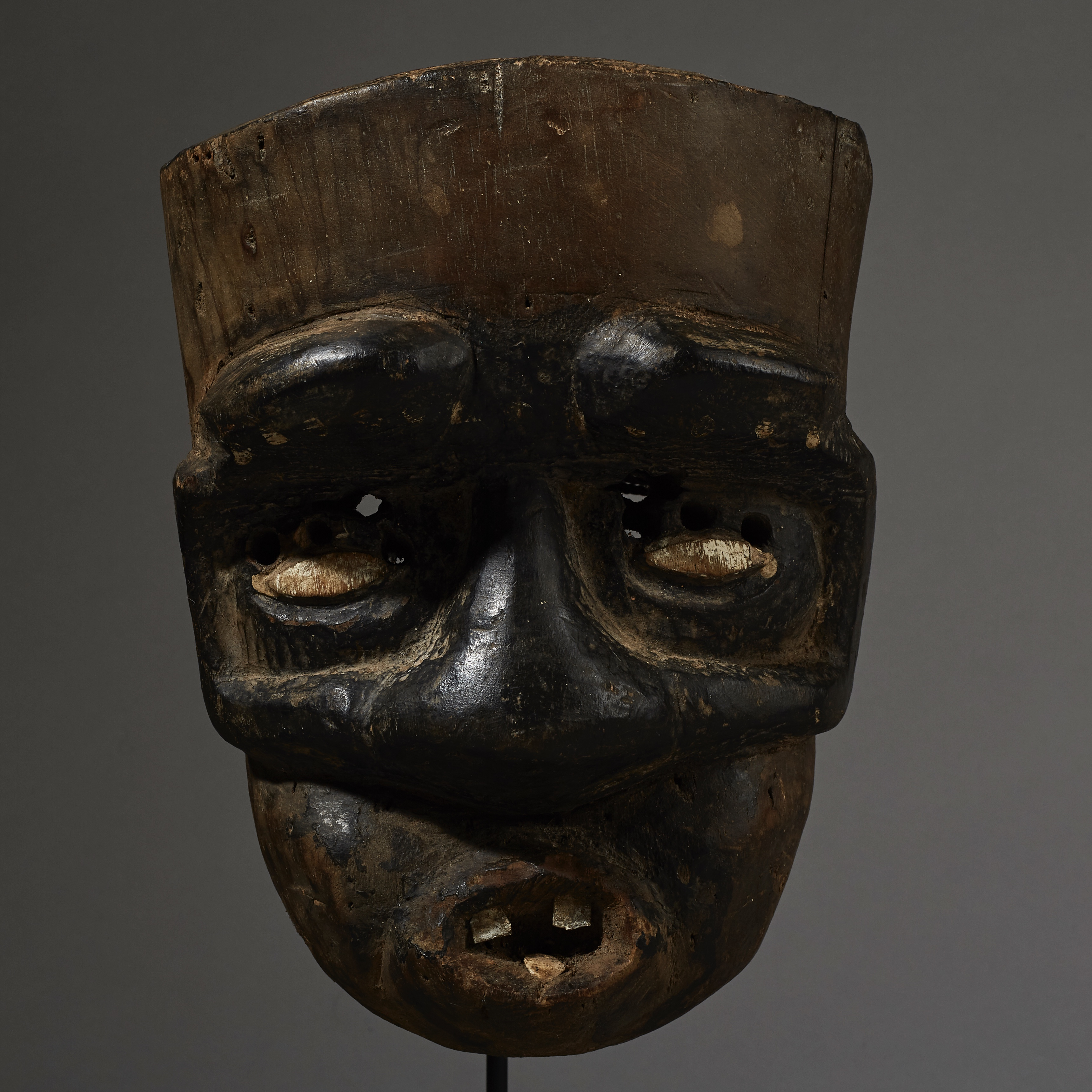 AN UNUSUAL GUERRE MASK WITH ASSYMETRICAL FEATURES, IVORY COAST ( No 2596 )
