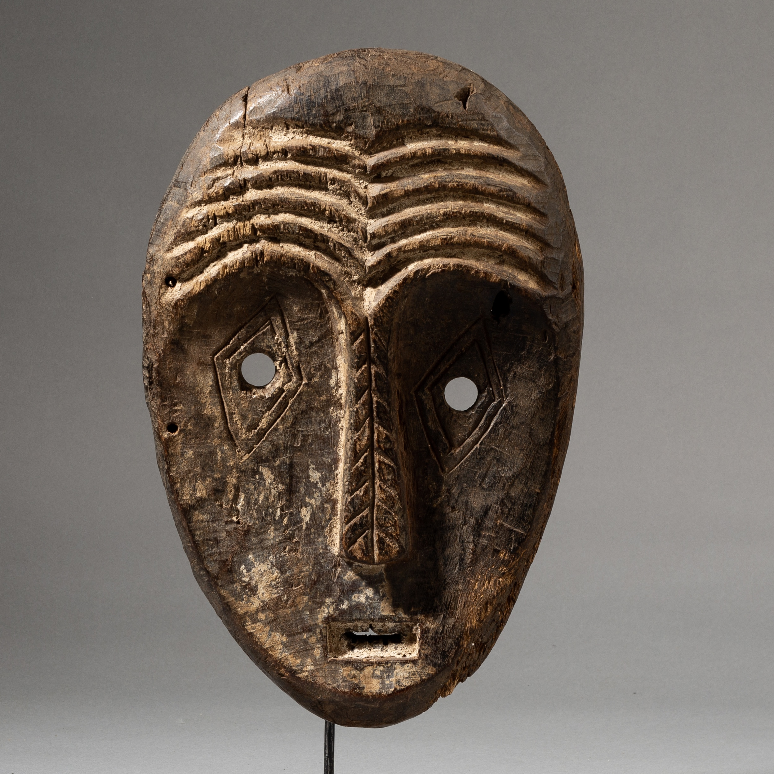 AN ARTISTIC  LEGA MASK WITH EXPRESSIVE FACE, CONGO ( No 3575 )