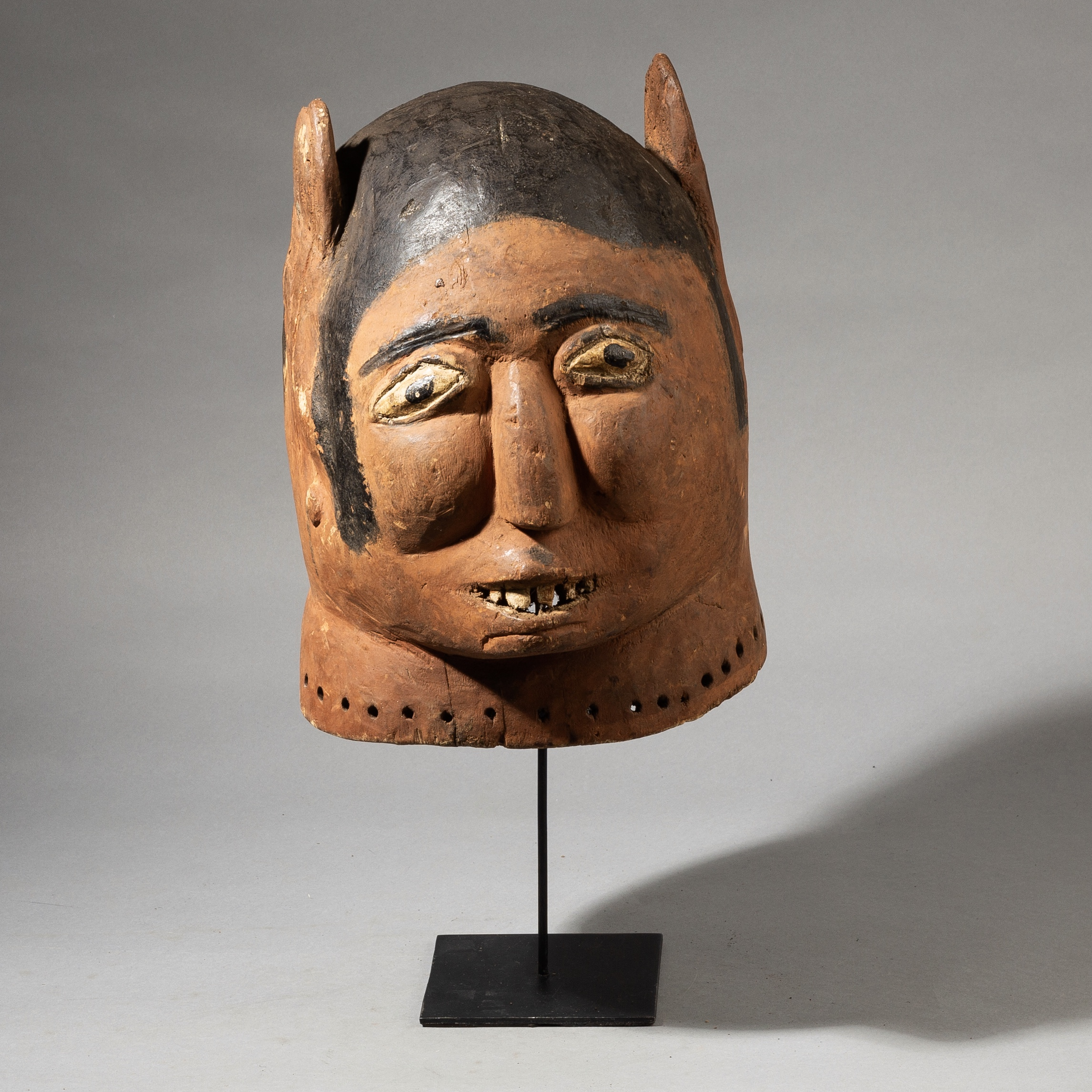 A DRAMATIC MASK WITH OVER SIZED EARS, MAKONDE TRIBE OF MOZAMBIQUE, AFRICA ( No 3591 )