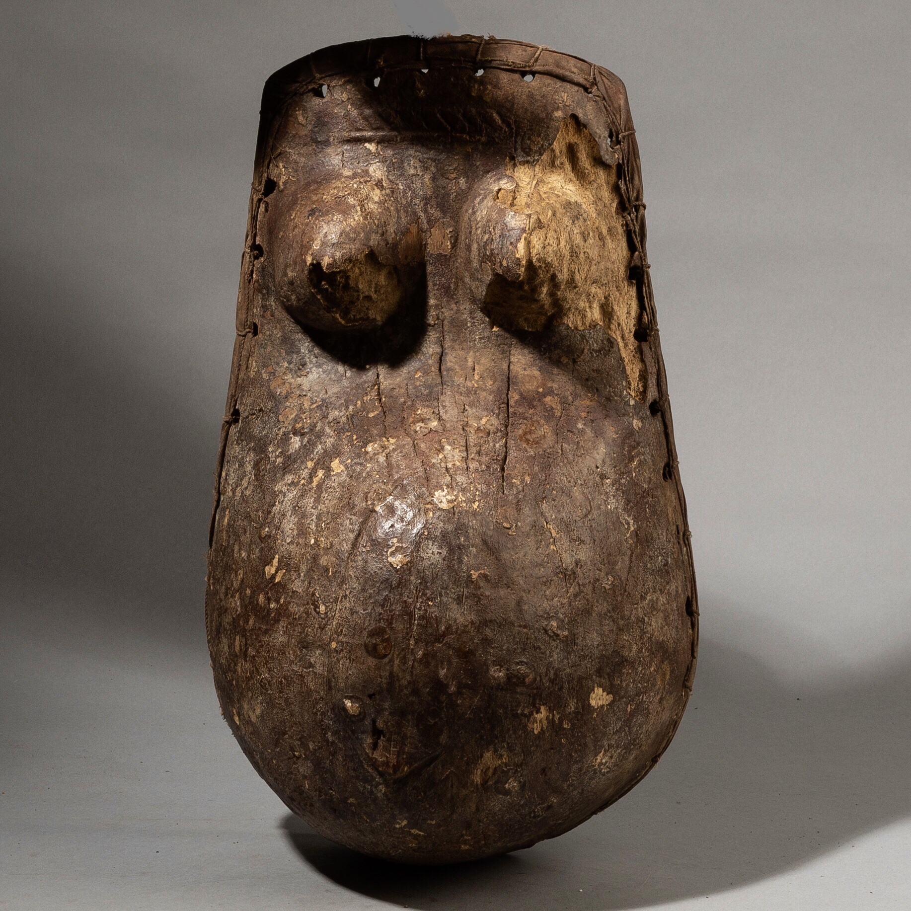 A CHARACTERFUL OLD BODY MASK, MAKONDE, MOZAMBIQUE ( No 3610 )