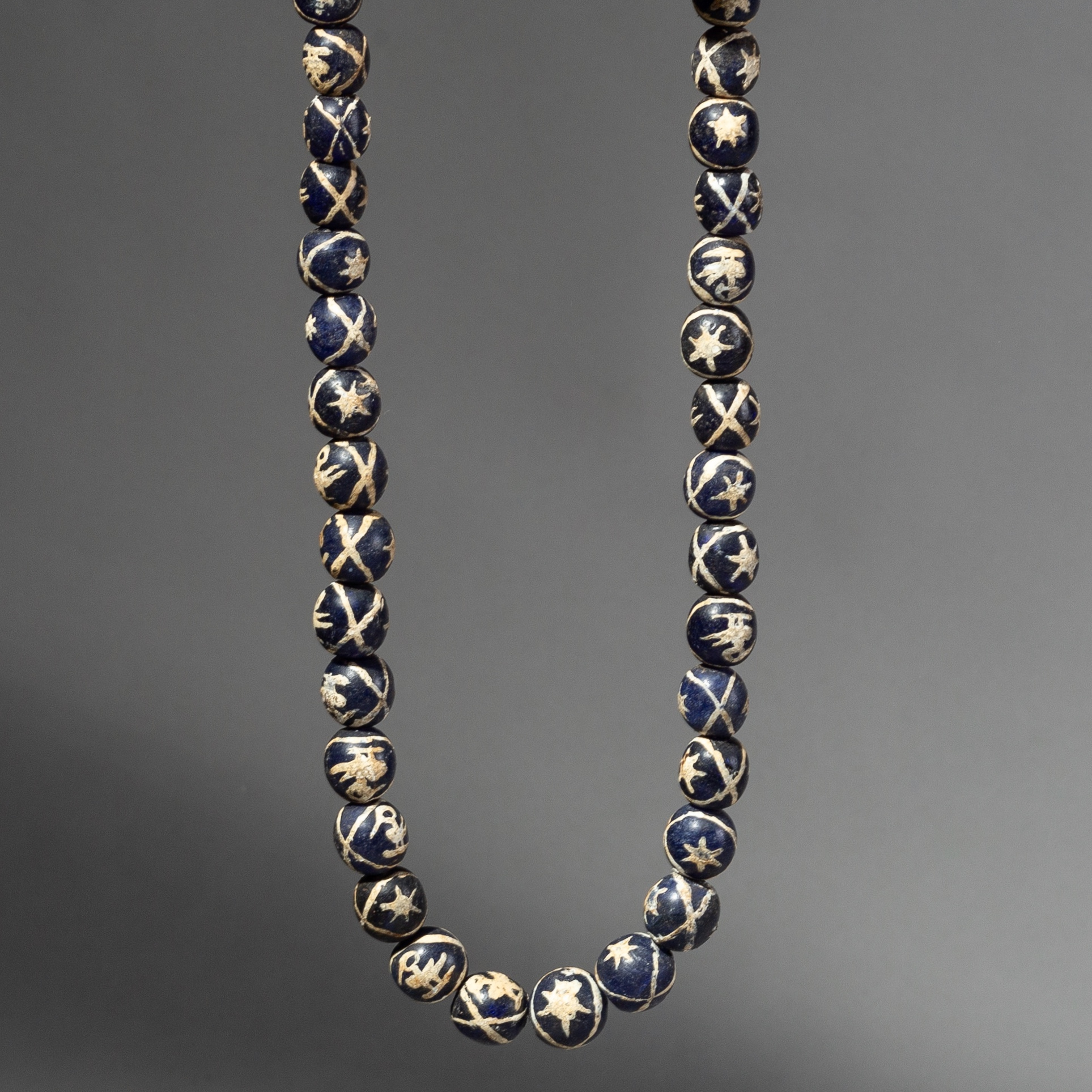 A MONOCHROMATIC BLUE GLASS BEAD NECKLACE FROM JAVA ( No 2147 )