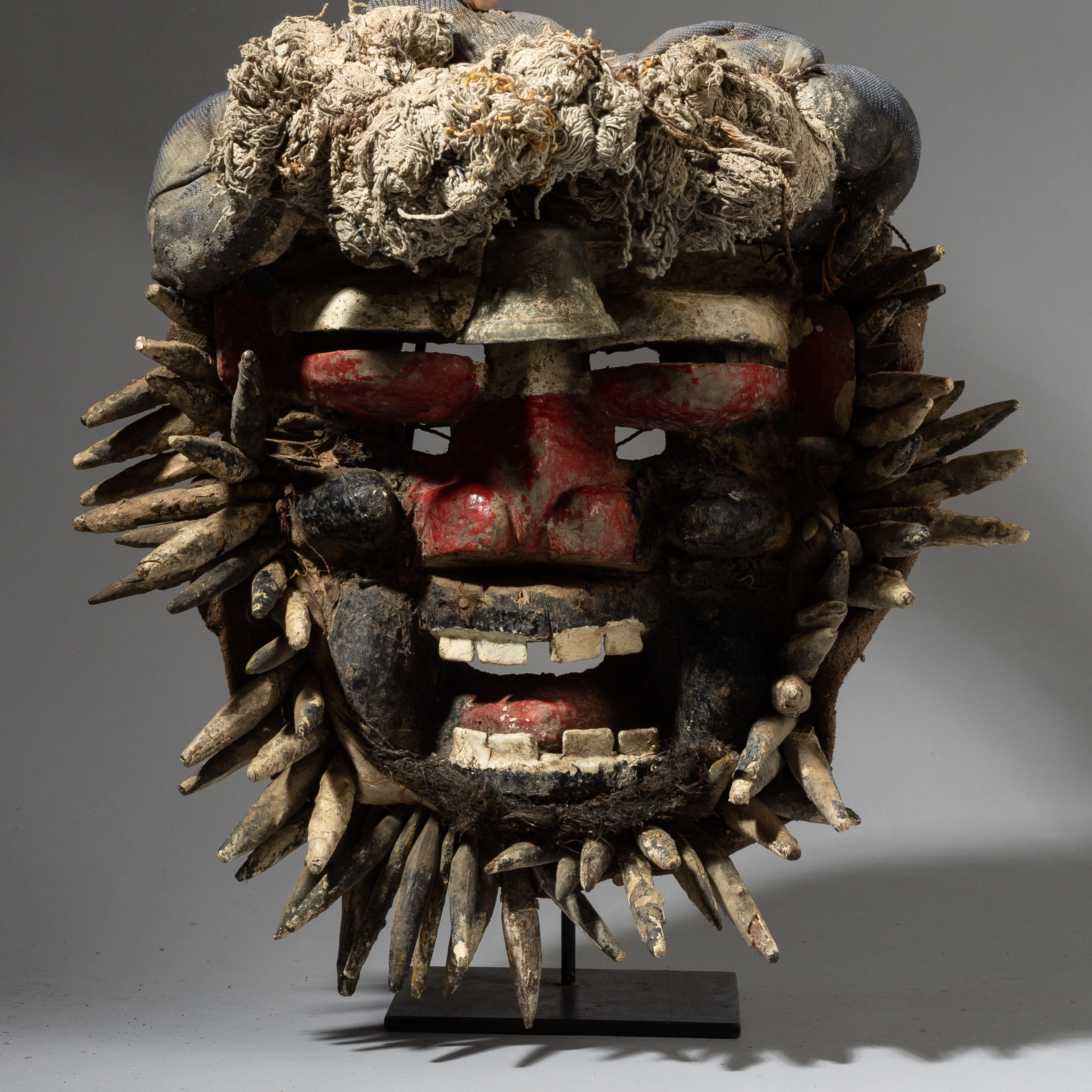 AN IMPACTFUL GUERRE MASK FROM THE IVORY COAST ( No 2807 )
