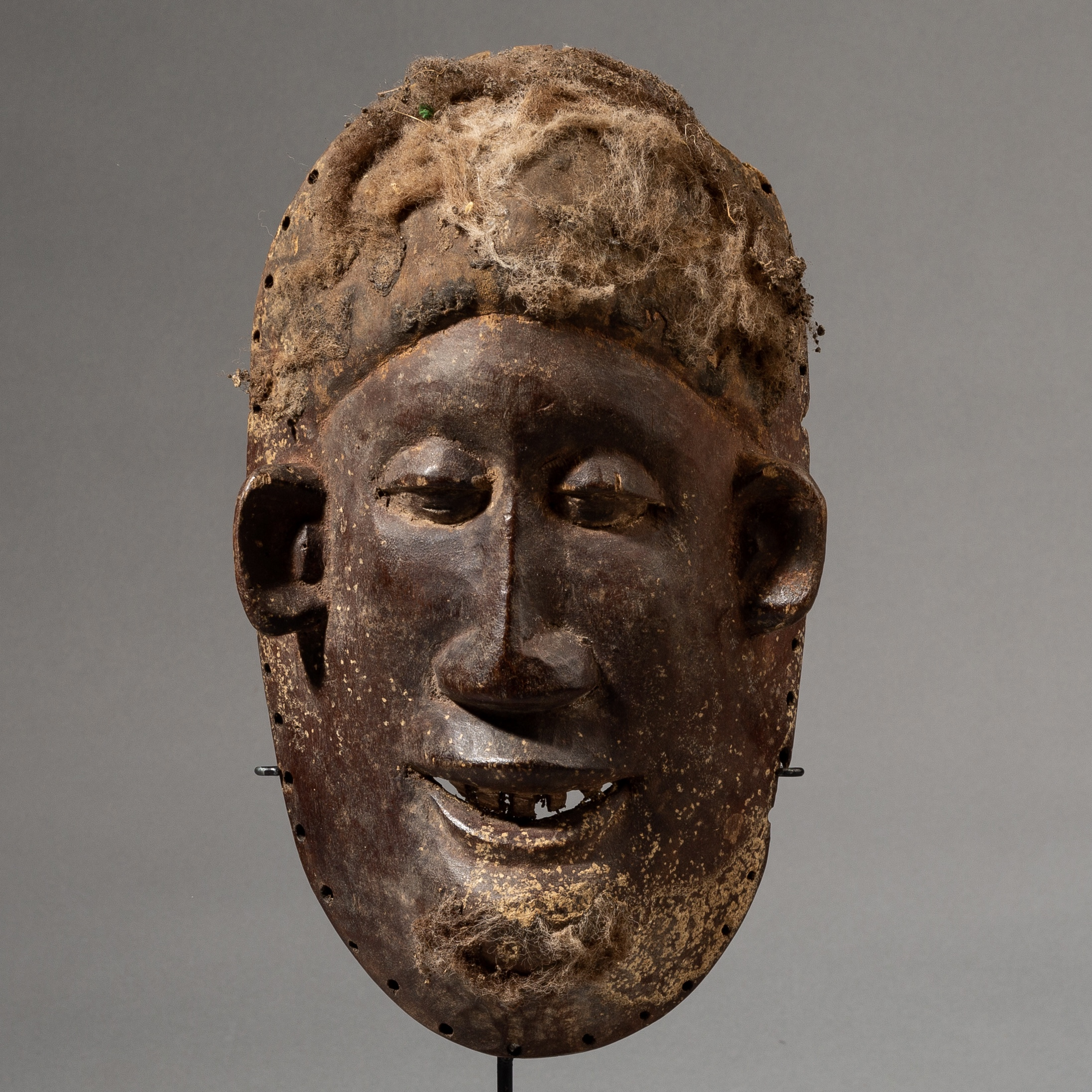 A CHARACTER RICH MAKONDE  TRIBE MASK FRIM MOZAMBIQUE, AFRICA  ( No 3535 )