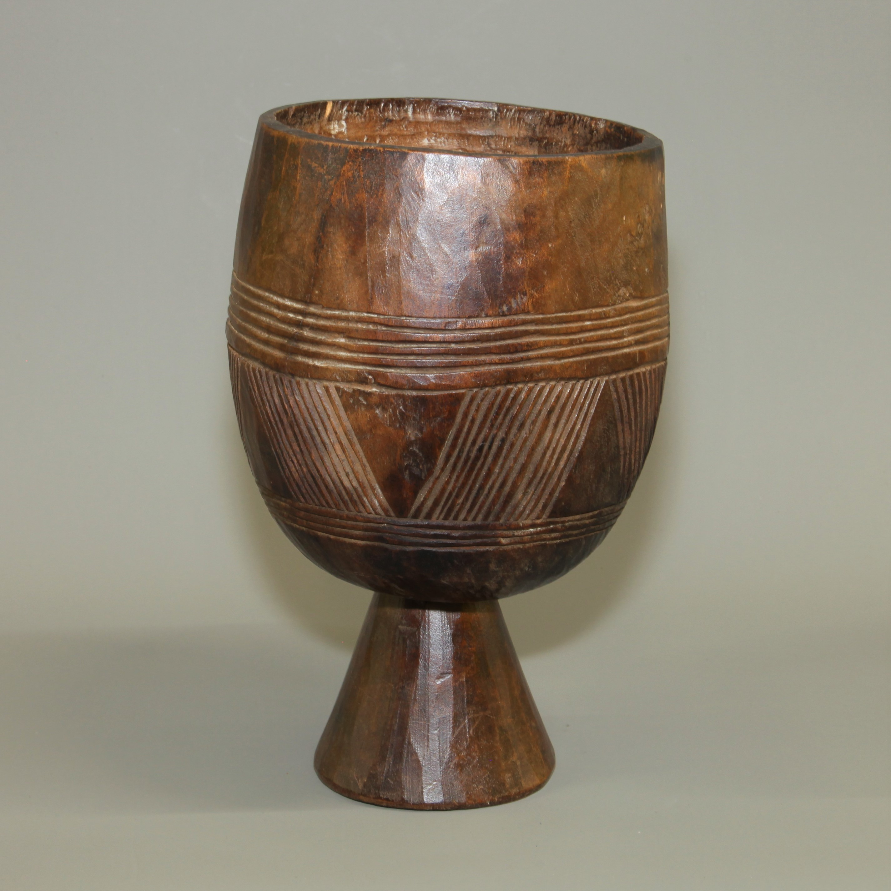 WOODEN BOWL ON A PEDESTAL FROM ETHIOP IA ( No 828 )  NM
