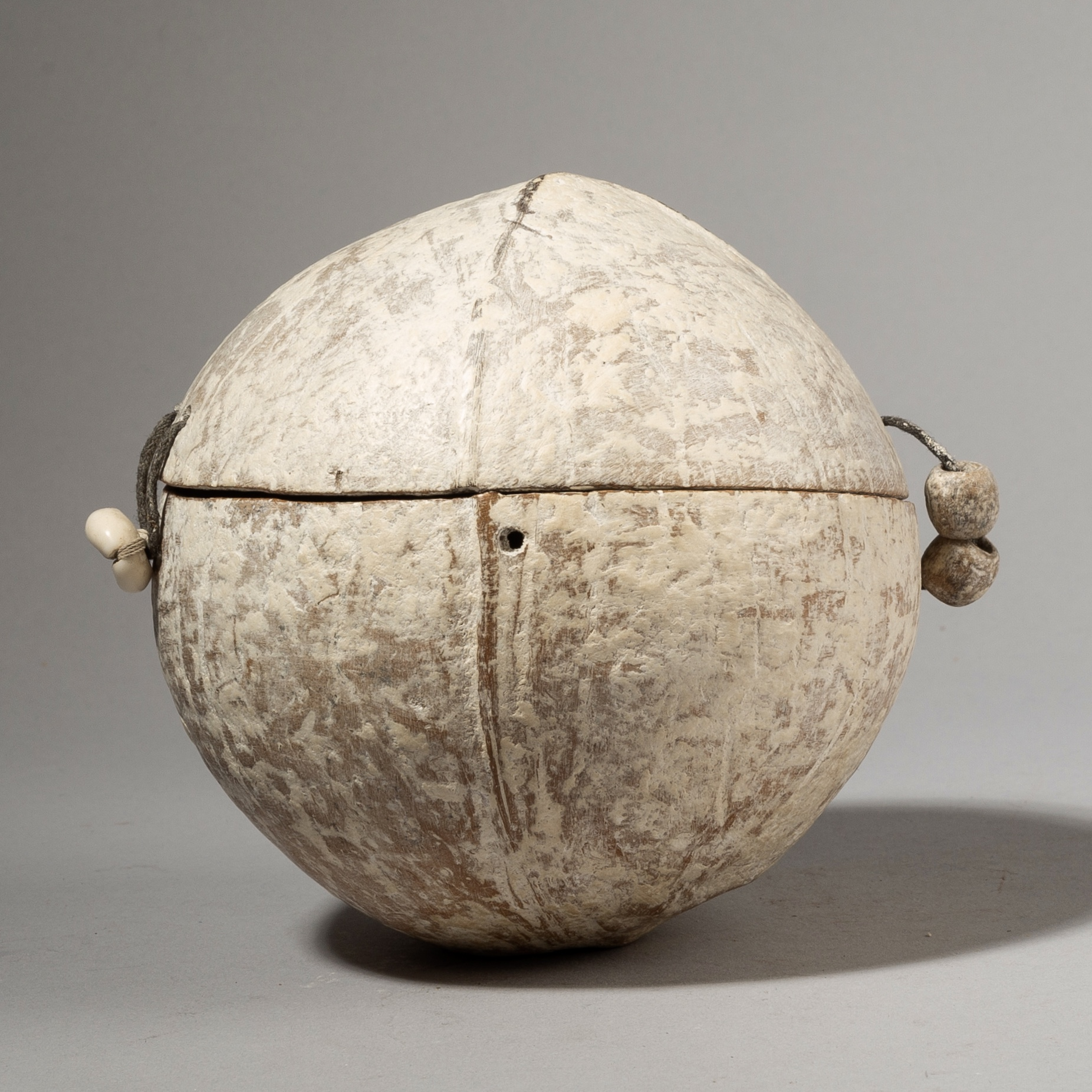 HA SOLD A UNIQUE CHARM POT, WITH HORN, SHELLS, SEEDS, METAL, EWE TRIBE TOGO W AFRICA  ( No 3974 )