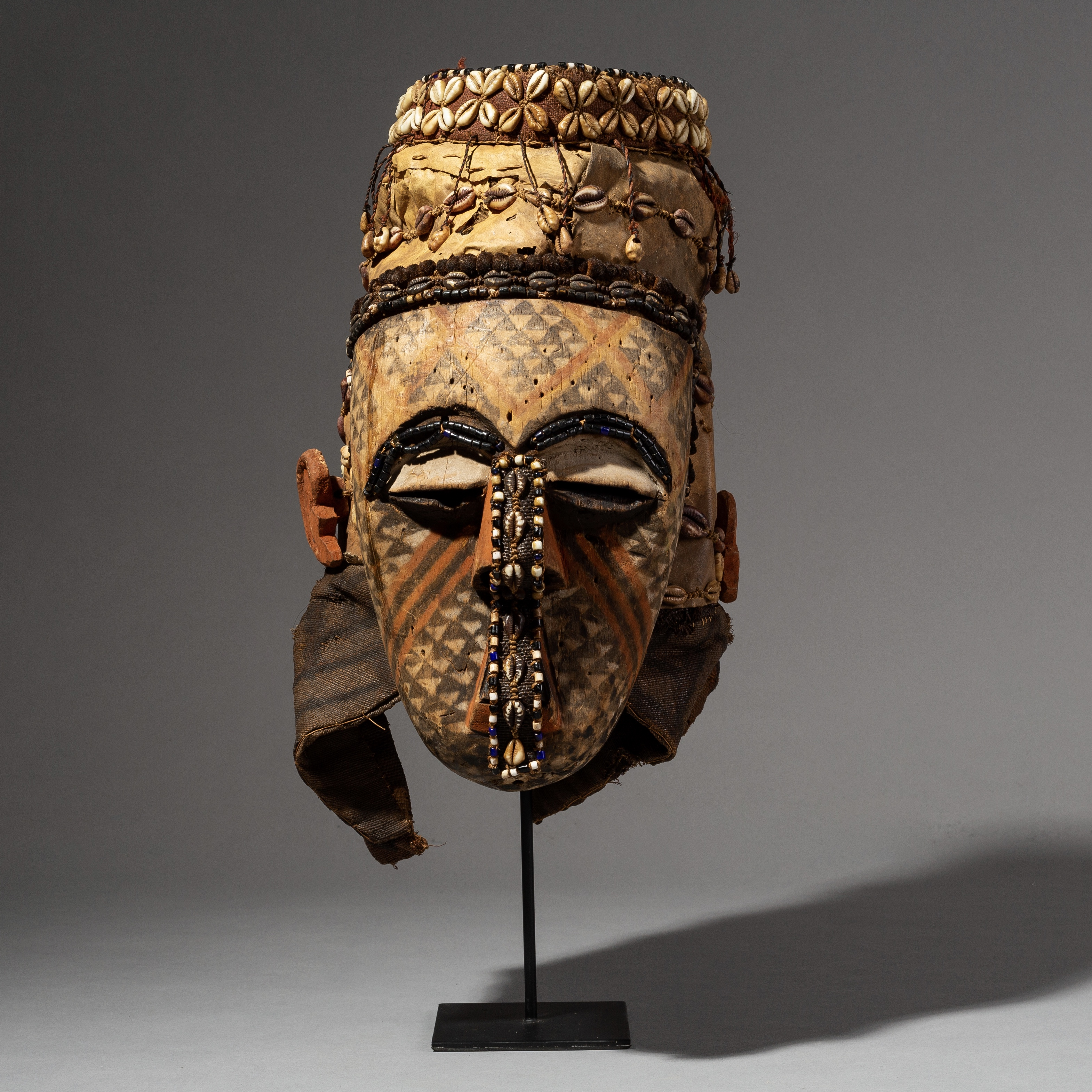 A SUPER GRAPHIC KUBA MASK FROM THE CONGO ( No 2113 )
