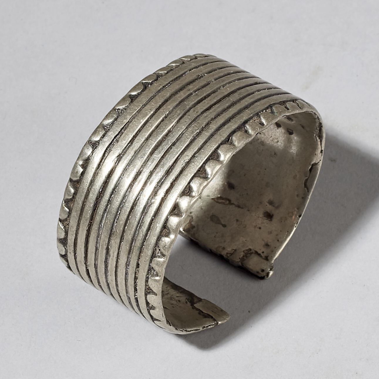 ( SOLD - LY ) A THICK SILVER CUFF FROM THE JIMA REGION OF ETHIOPIA ( No 3052 )