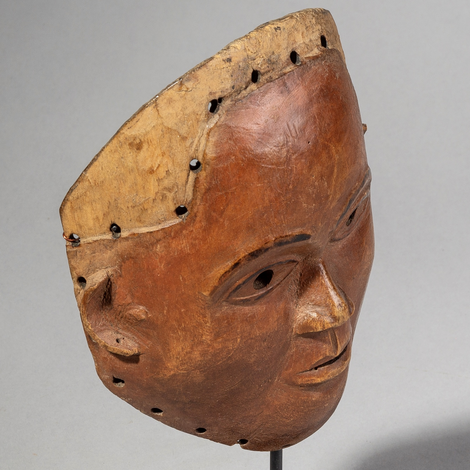SD AN INNOCENT EXPRESSION MASK FROM THE CONGO ( No 1654 )