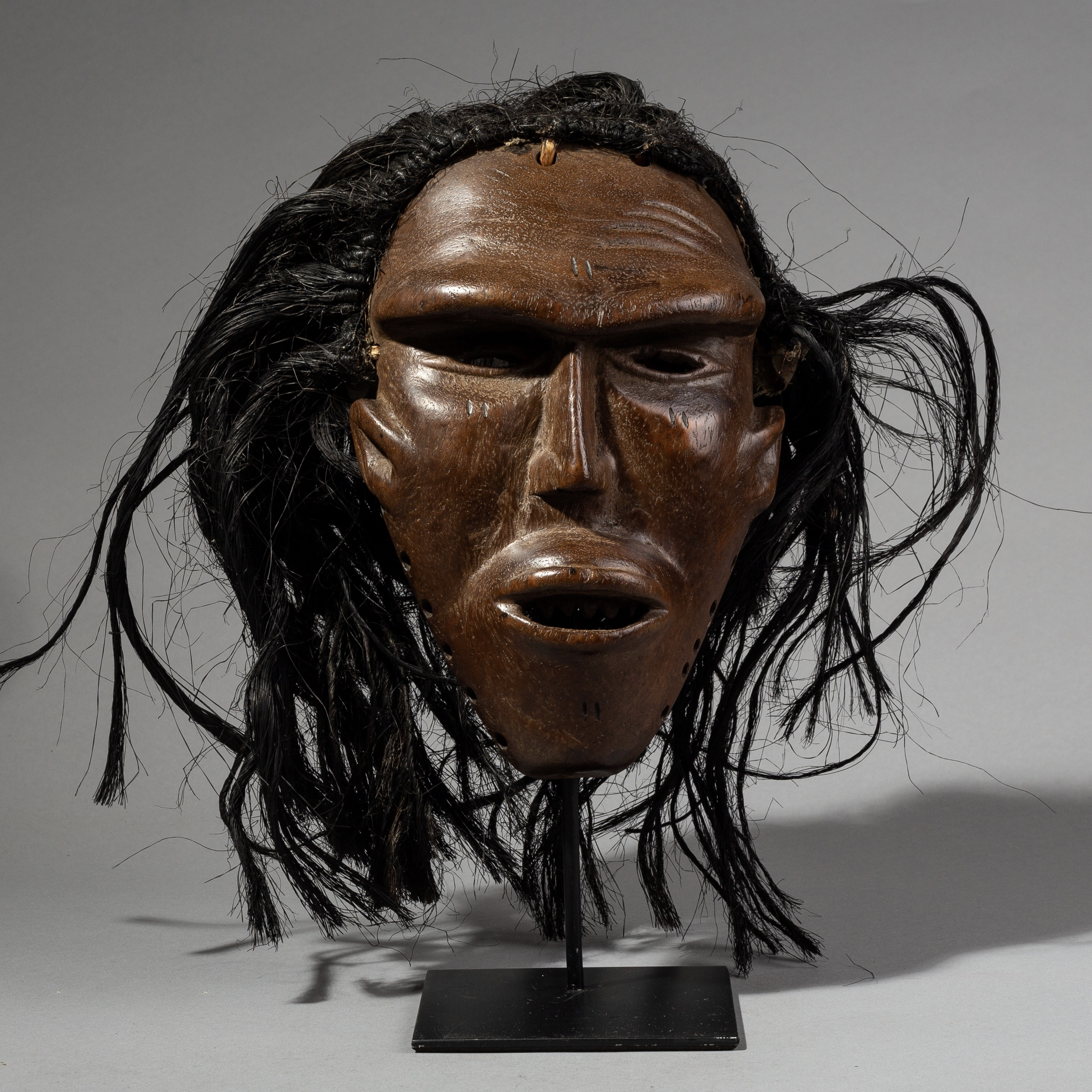 AN EXPRESSIVE CHOKWE MASK FROM ANGOLA ( No 1797 )