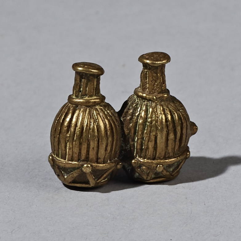 A DOUBLE VESSEL 19thC AKAN GOLD WEIGHT FROM A UK COLLECTION ( No 2316 )