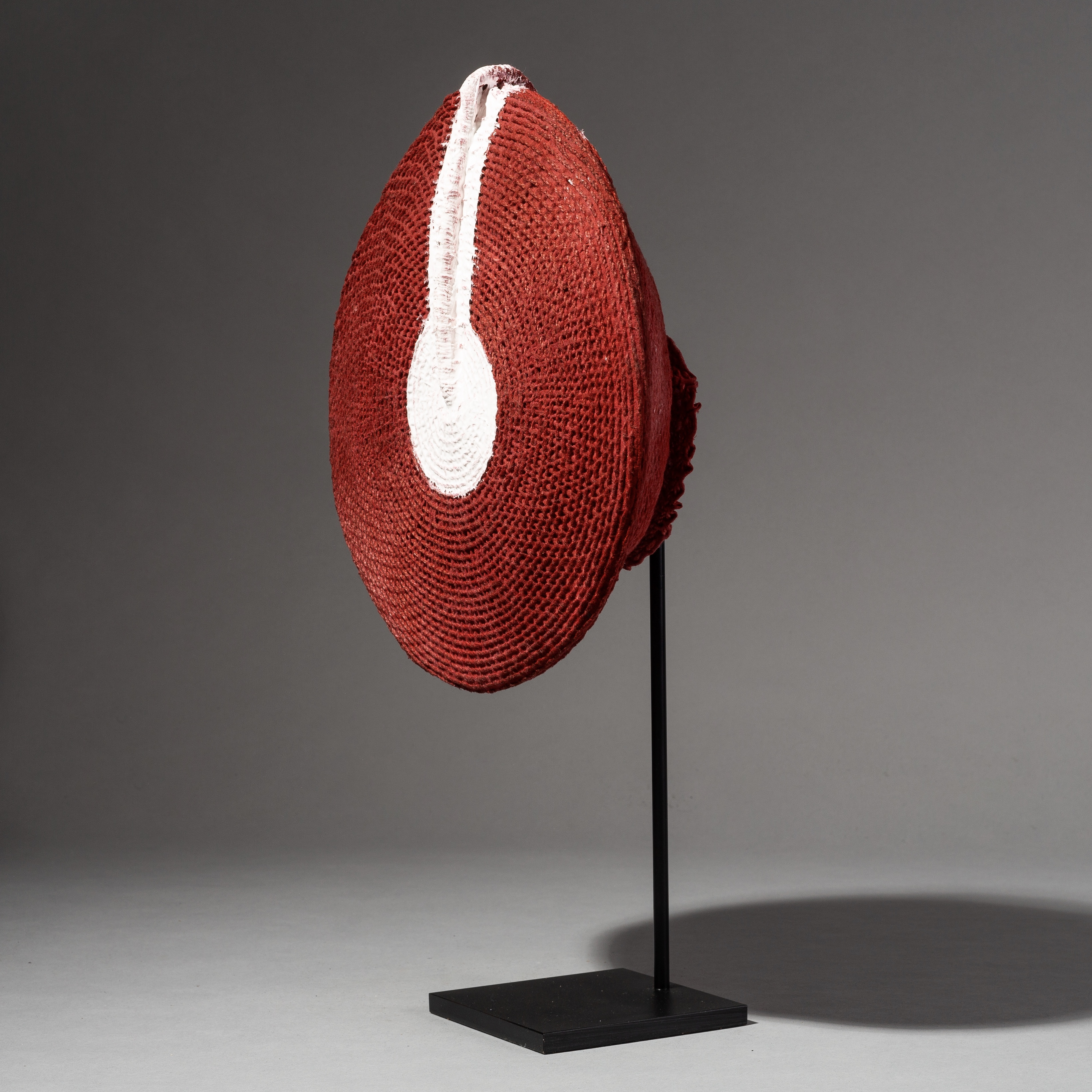 AN ARRESTING HAT FROM THE ZULU WOMEN OF SOUTH AFRICA ( No 2229 )