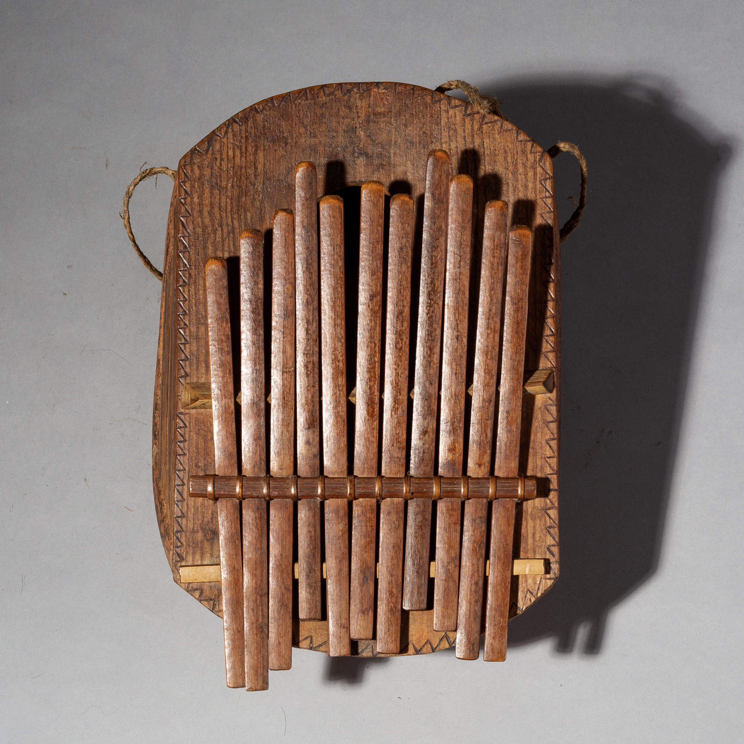 SD AN INGENIOUS GOURD +BAMBOO THUMB PIANO FROM CAMEROON ( No 2079 )