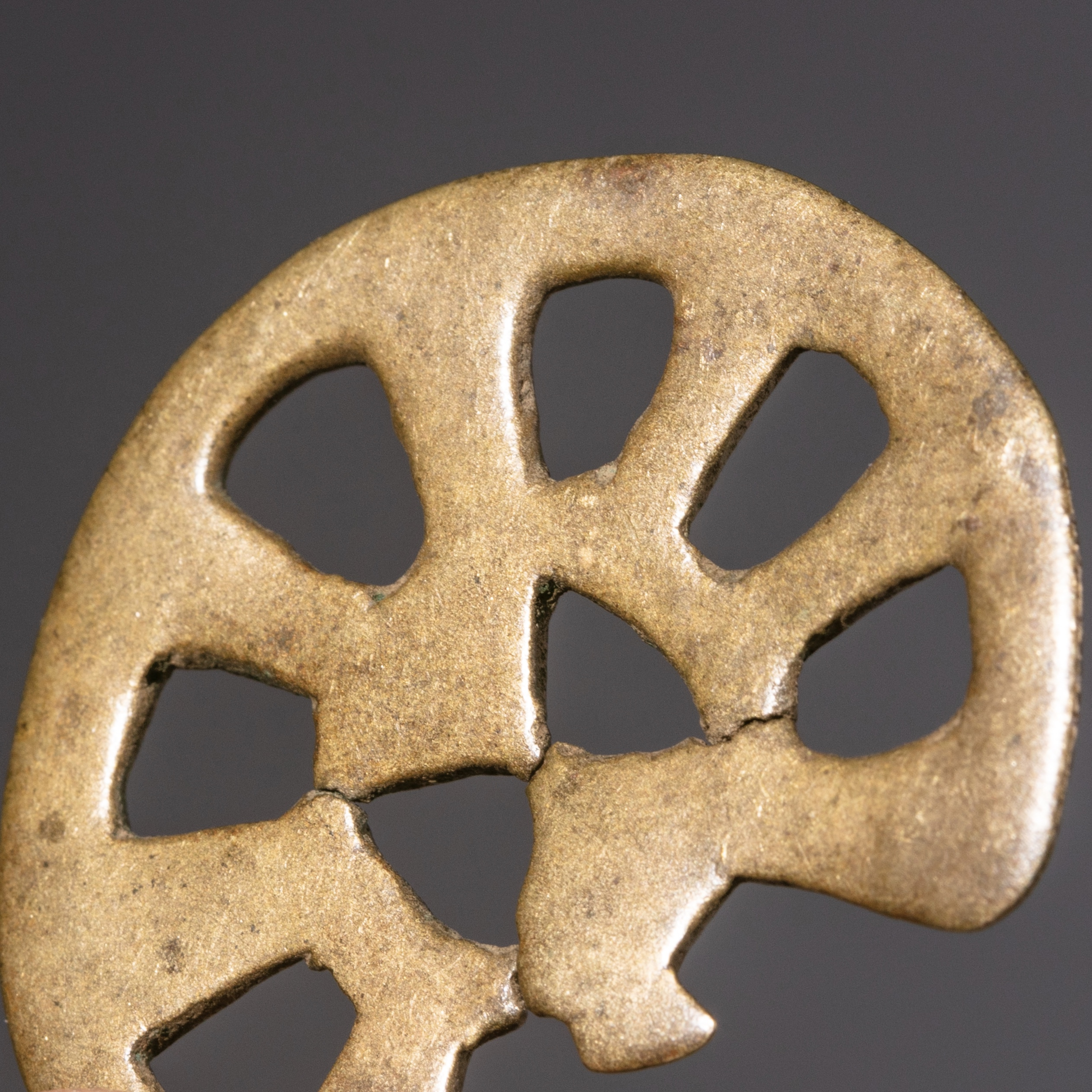 A SMOOTHLY WORN 17THC AKAN GEOMETRIC GOLD MEASURING WEIGHT ( No 1054 )