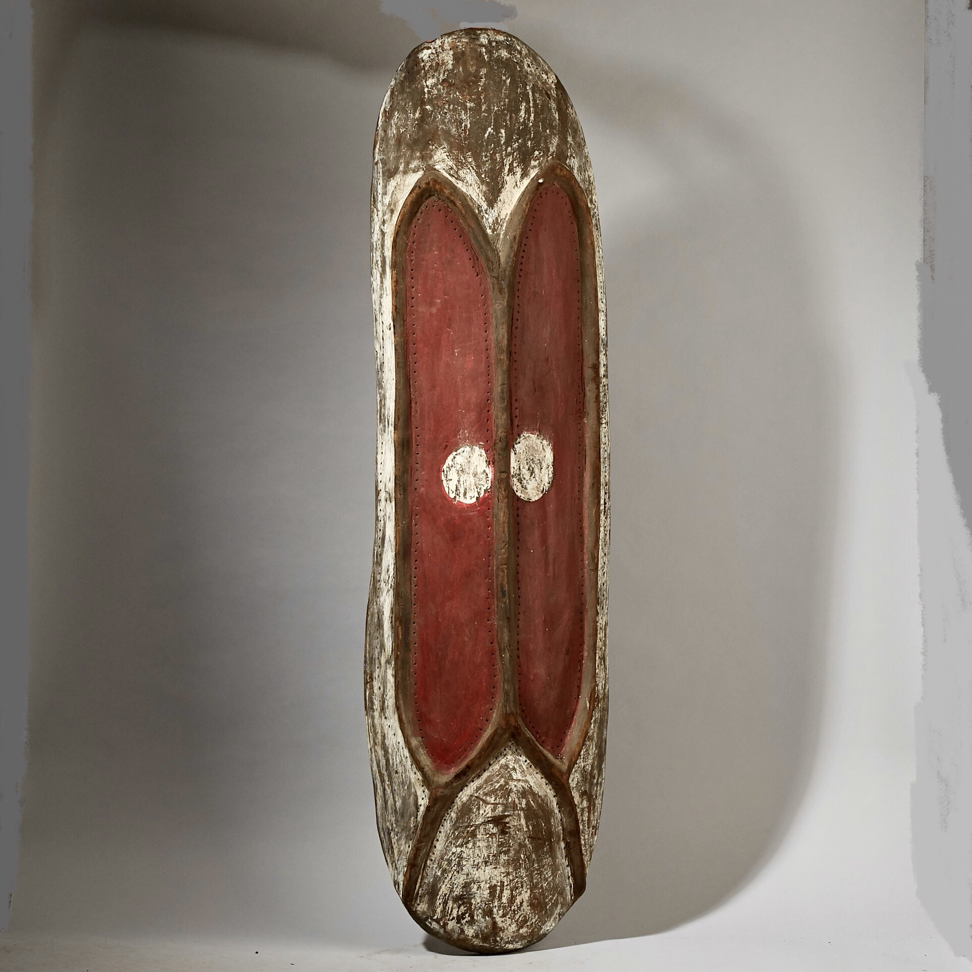 A SPIRITED WOODEN HIGHLANDS SHIELD FROM PAPUA NEW GUINEA ( No 3071 )