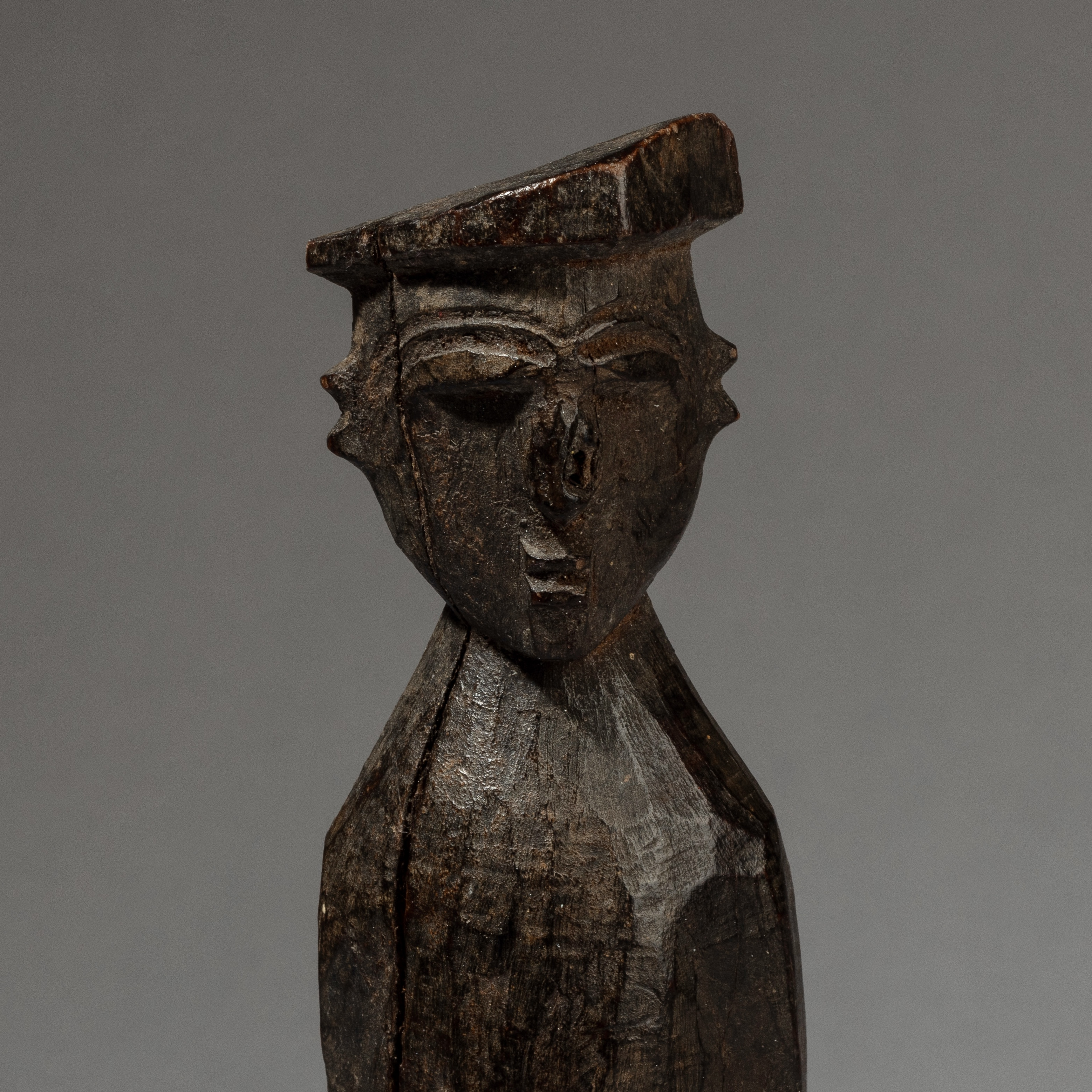 A SMALL LOBI THIL FIGURE WEARING A CAP, BURKINA FASO ( No 3443 )
