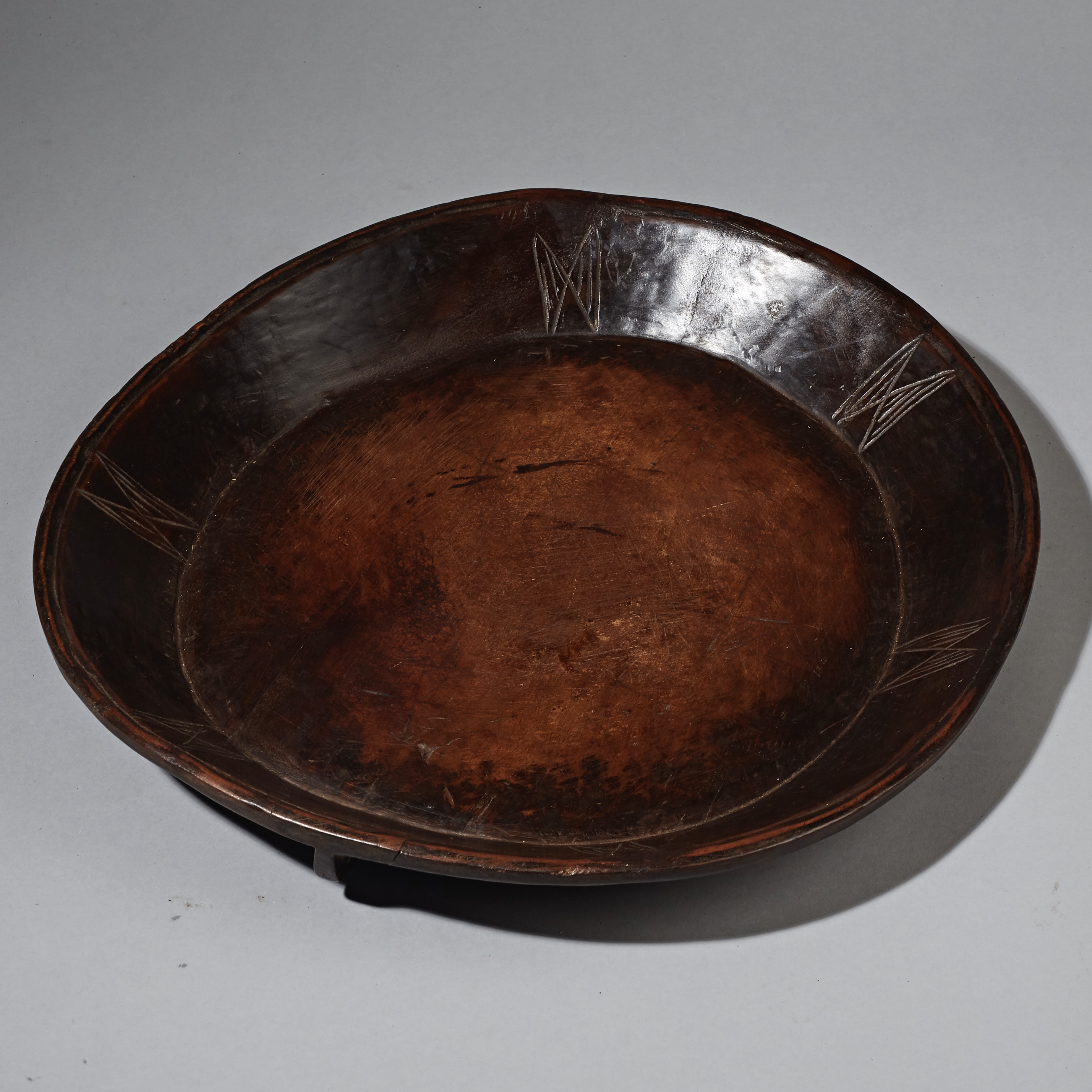 A  LOVELY ETHIOPIAN WOOD SERVING TRAY WITH LUSH PATINA ( No 2364 )