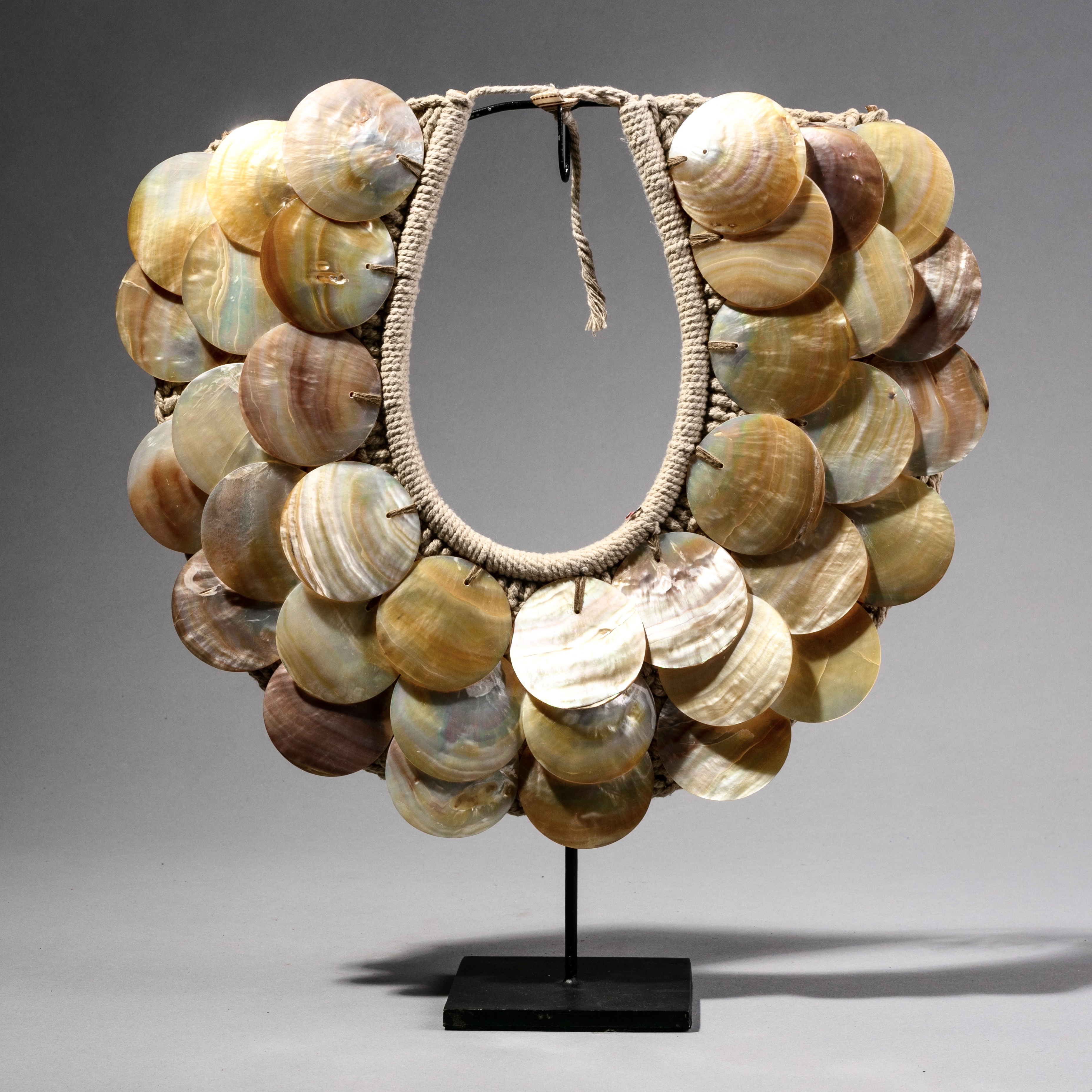 A PEARLESCENT SHELL NECKLACE ( No 1013 )