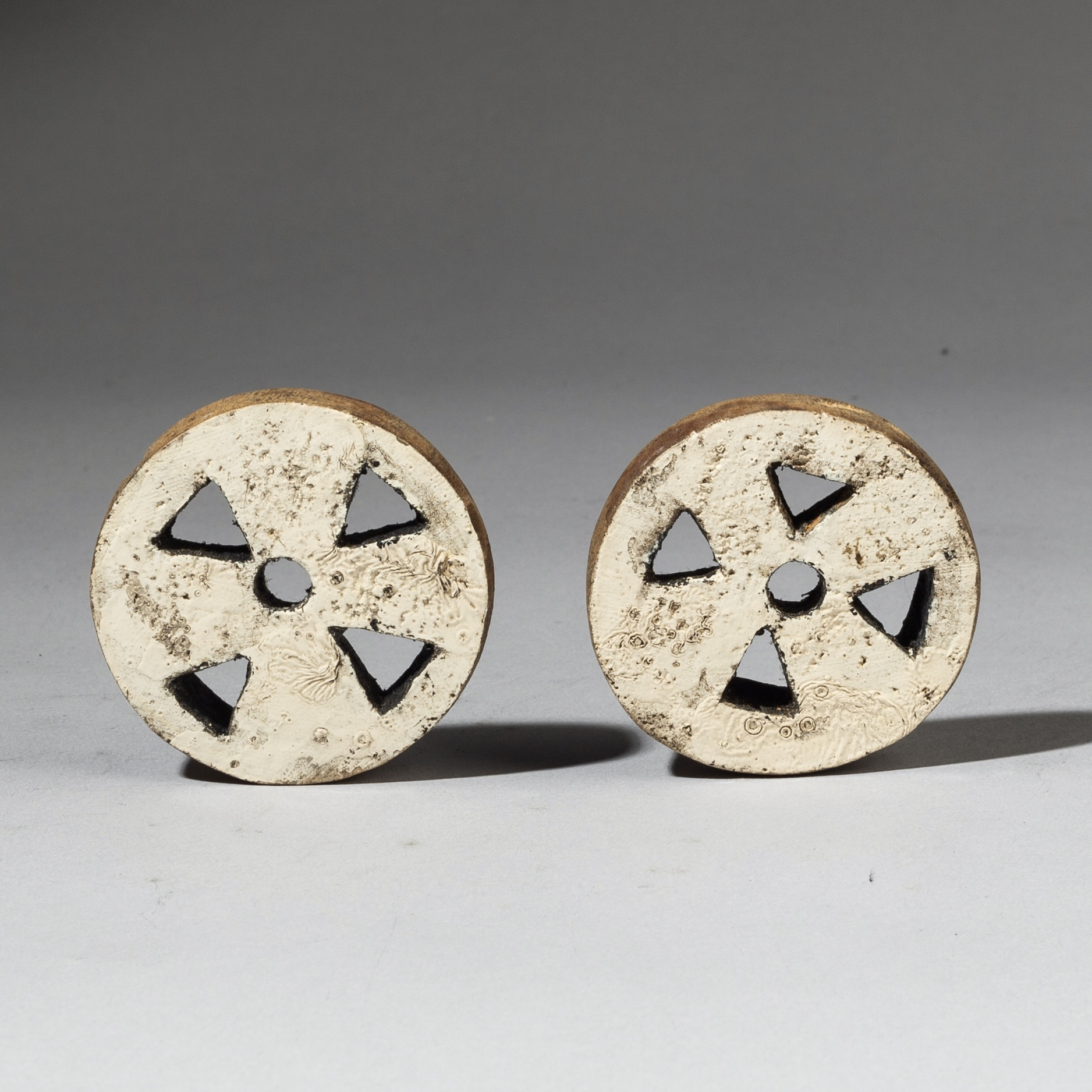 A SIMPLE COUPLE OF WOOD EAR PLUGS, ZULU TRIBE SOUTH AFRICA ( No 3107 )