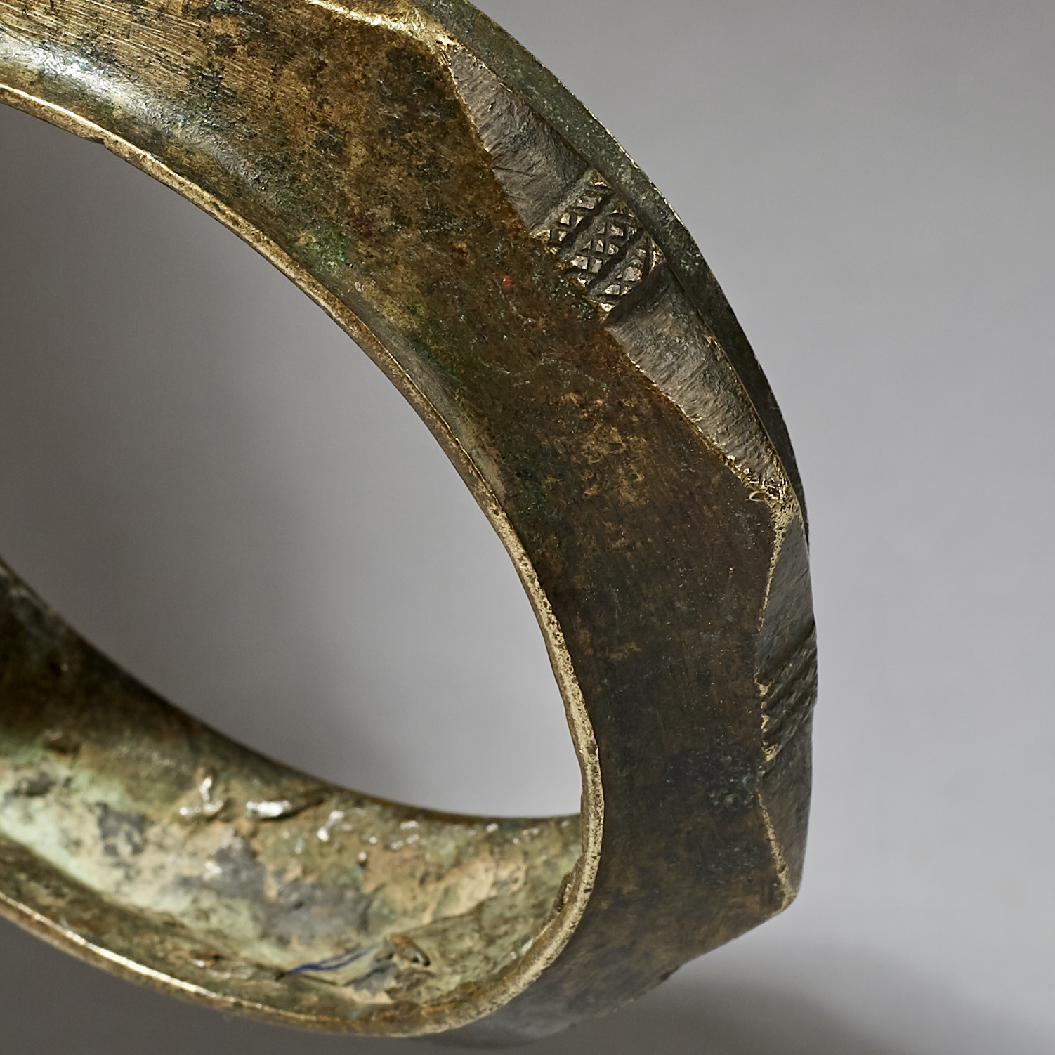 A BEAUTIFULLY ANGLED BRONZE BRACELET FROM CAMEROON ( No 3077 )