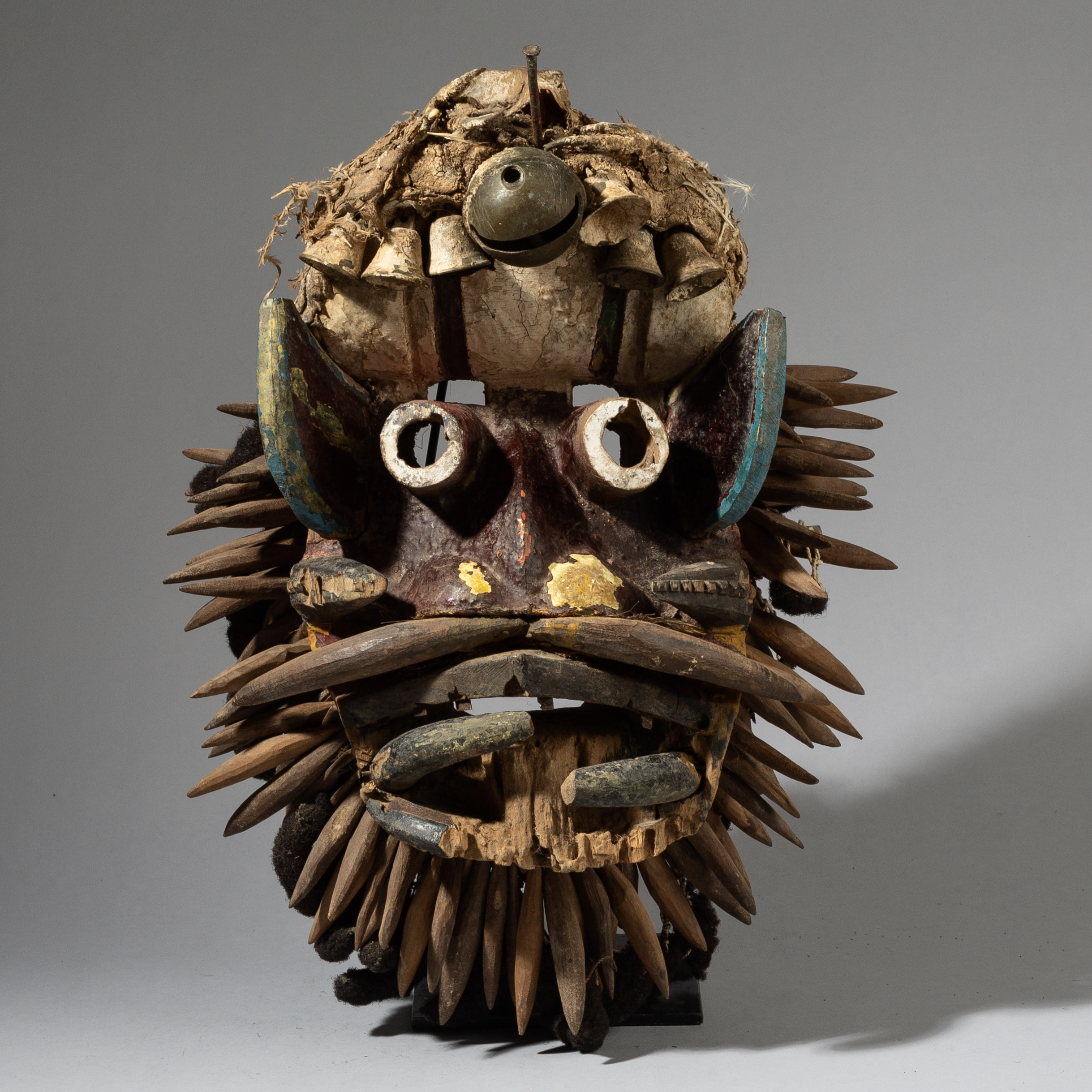 AN EYE CATCHING LARGE GUERRE MASK FROM THE IVORY COAST ( No 2809 )
