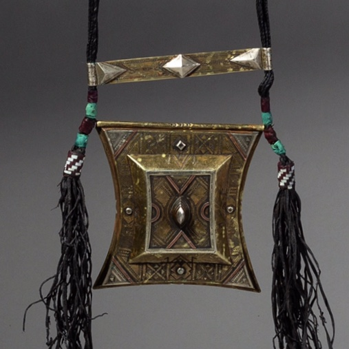 A PRETTY AMULET FROM THE TUAREG TRIBE OF THE SAHARA ( No 2195 )