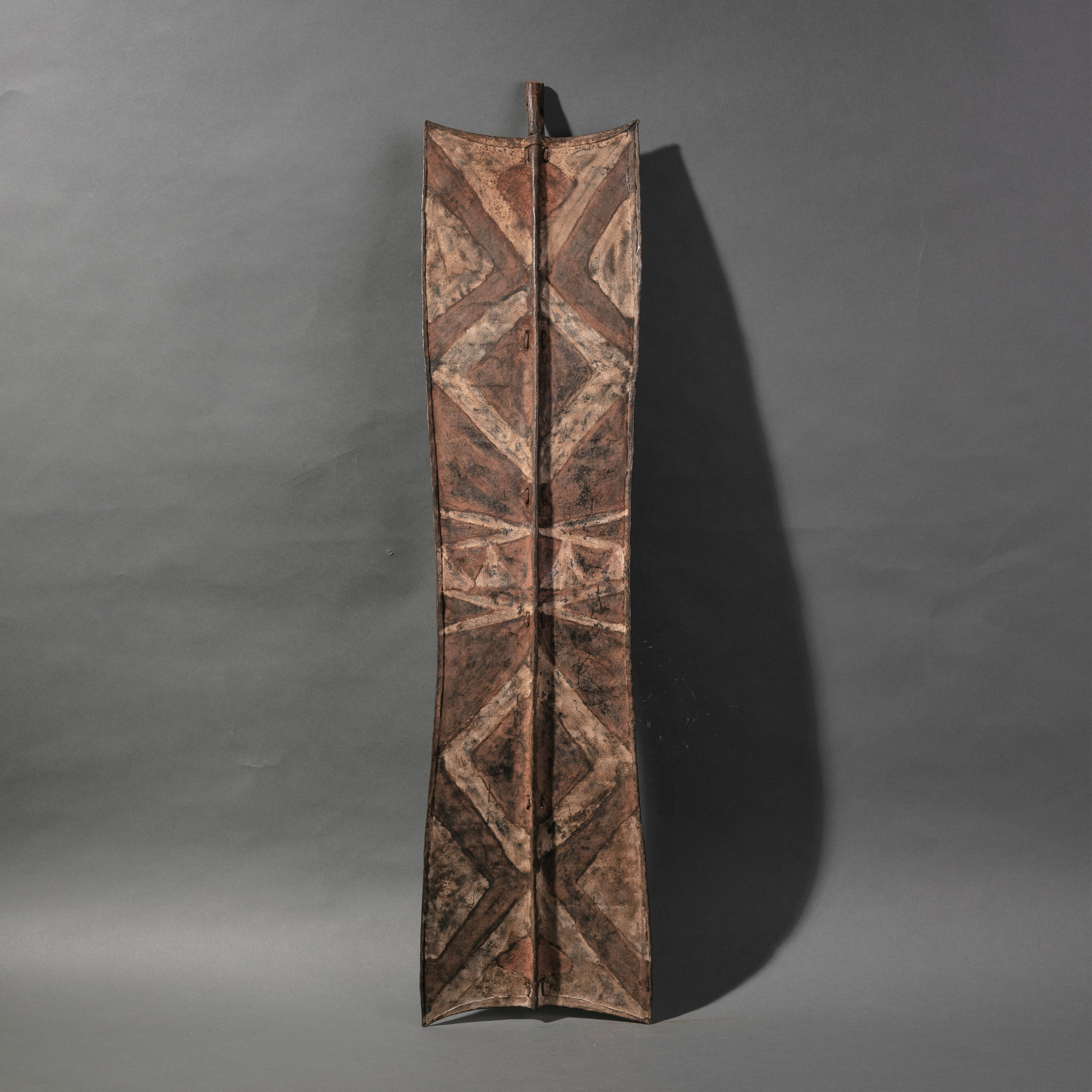 AN ATTRACTIVE TURKANA IRON SHIELD WITH  PIGMENT DECORATION  ( No 909 )