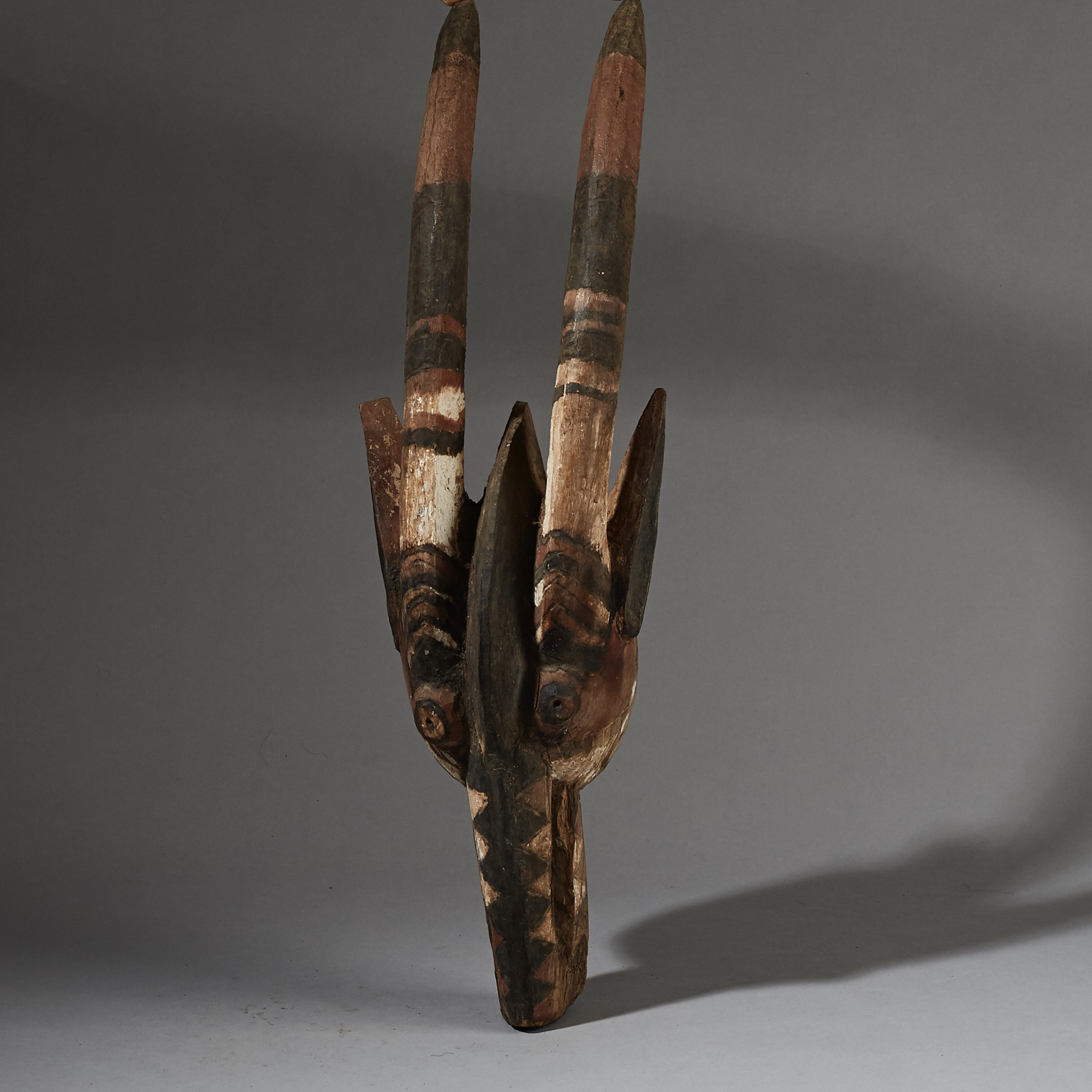 A GRAPHIC MOSSI ANTELOPE MASK FROM BURKINA FASO ( No 2603 )
