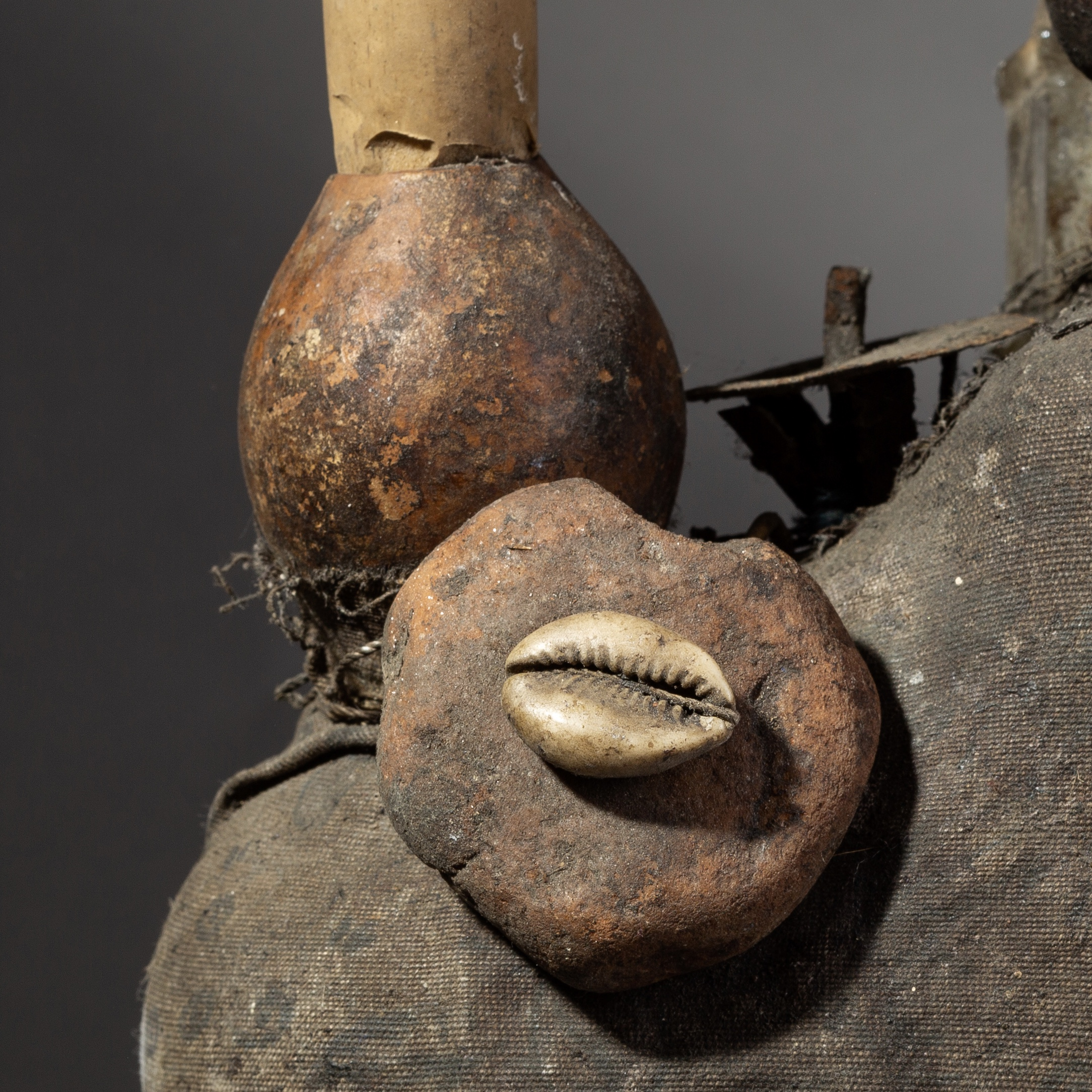 SD A MYSTERIOUS 2 FIGURE, BOTTLE, SHELLS  + GOURD FETISH FROM EWE TEIBE BENIN ( No 1935 )