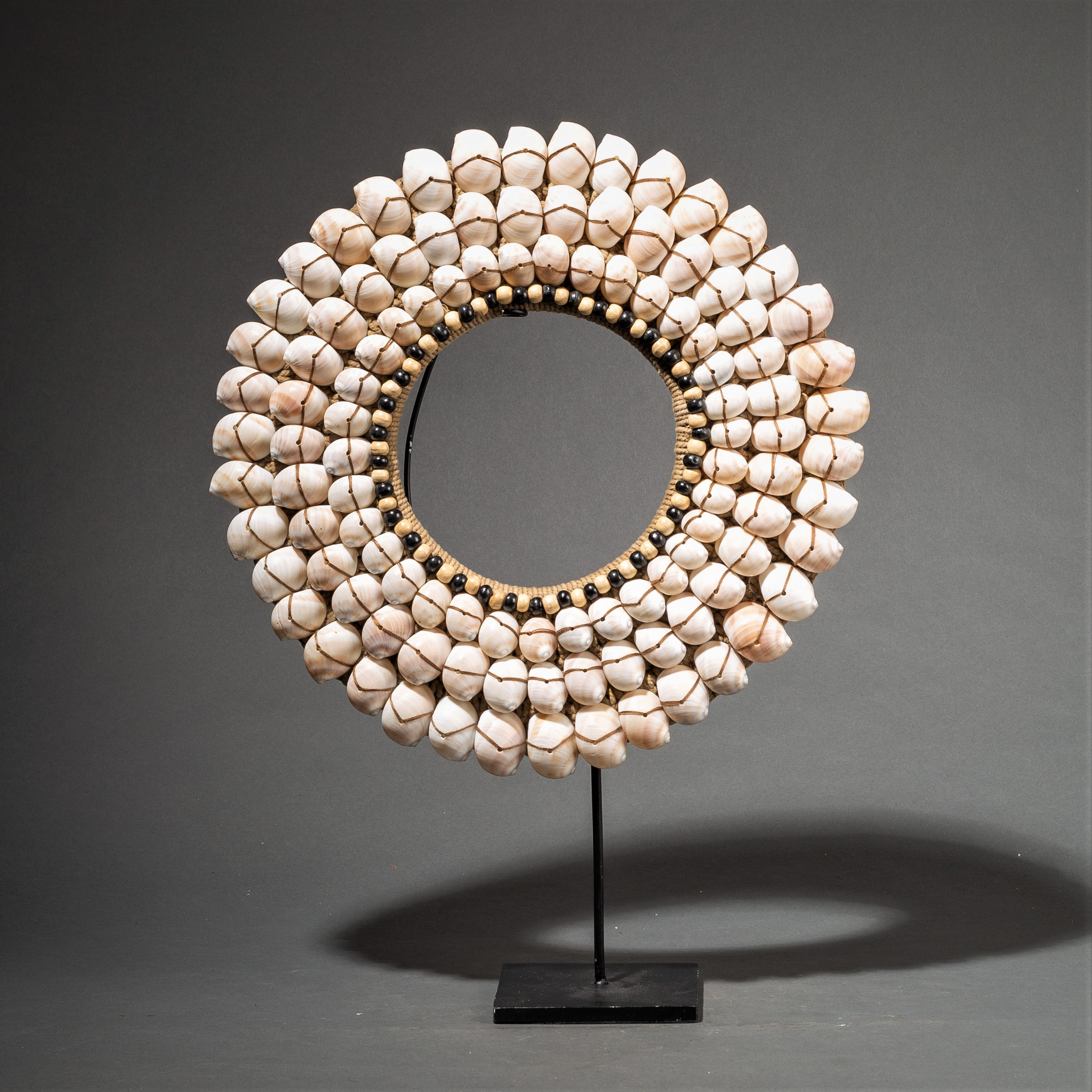 A SCULPTURAL SHELL NECKLACE WITH BEADS ( No 84 )