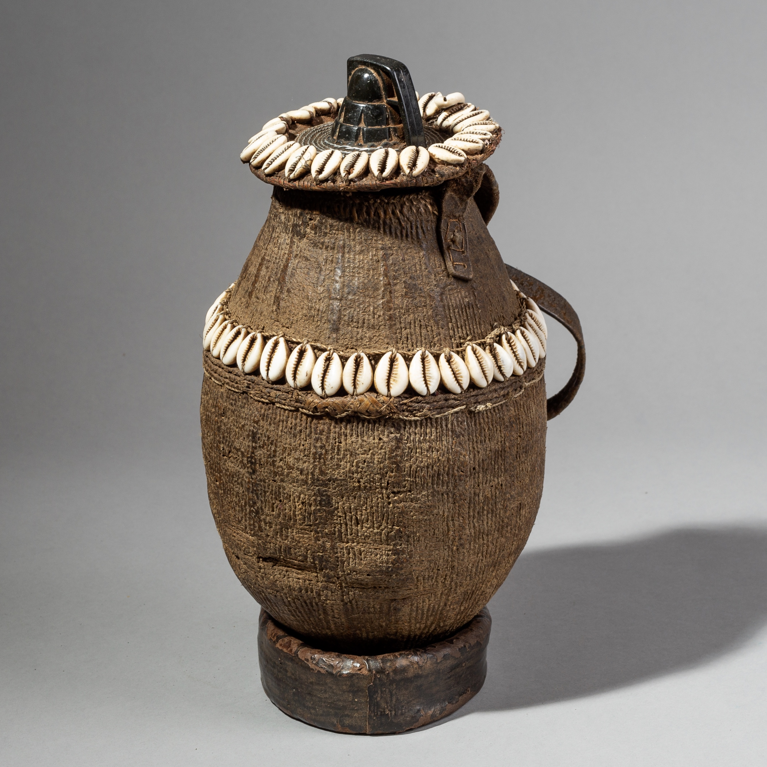 A UNIQUE BASKET WITH INGENIOUS LID FROM ETHIOPIA ( No 1686 )