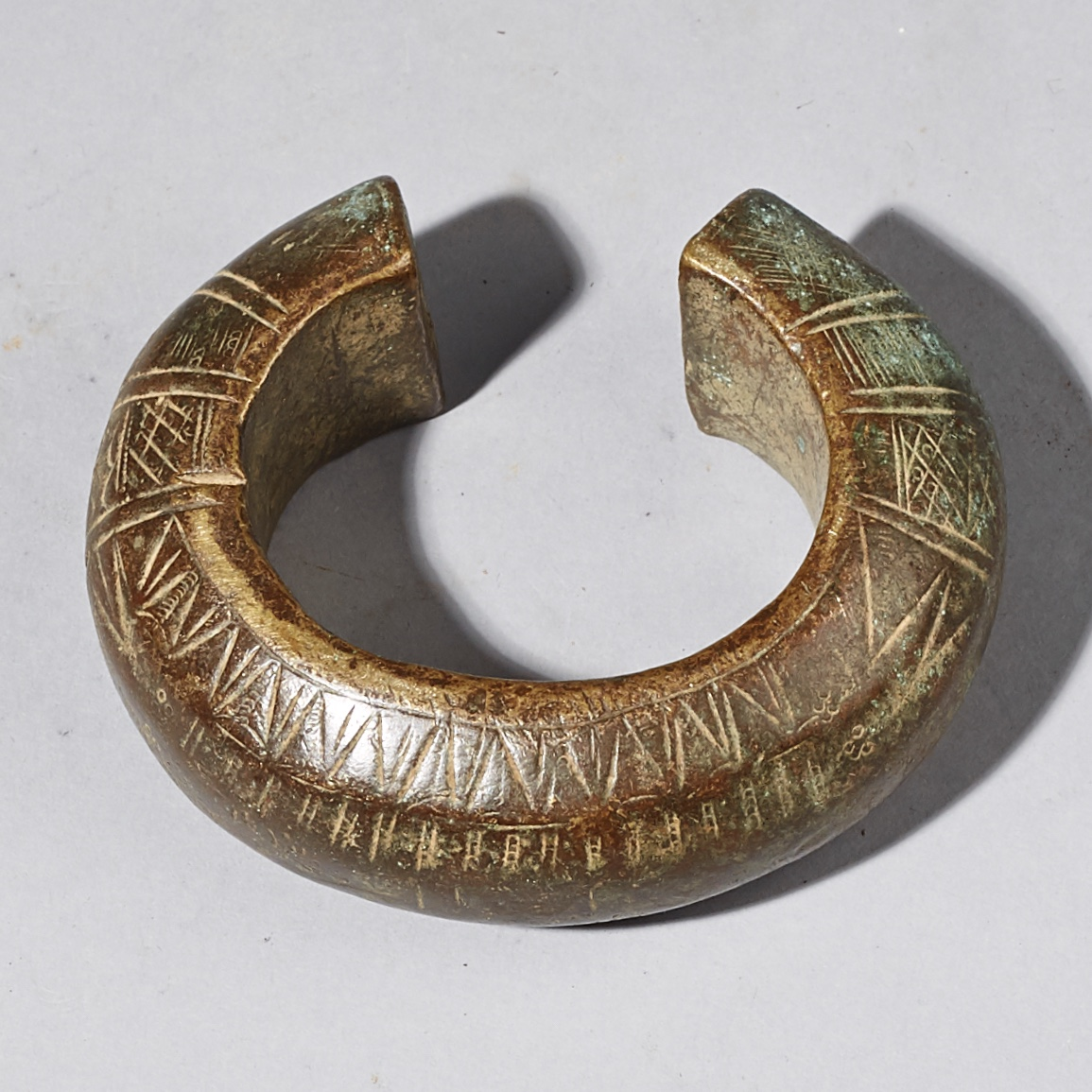 A SOLID LARGE CURRENCY BRONZE BRACELET FROM THE HAUSA TRIBE OF NIGERIA ( No 2524 )