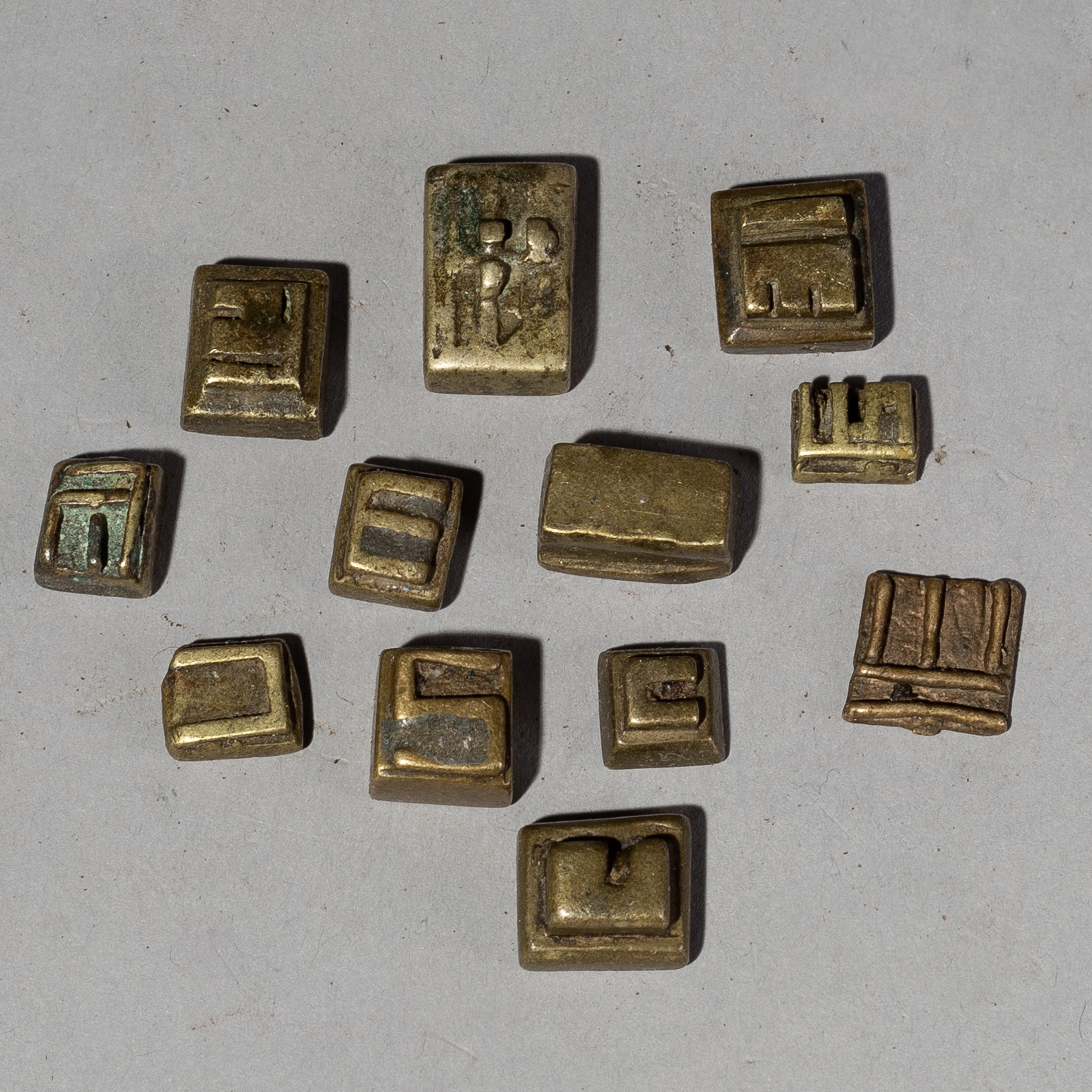 A GROUP OF 12 TINY AKAN 18/19 THC GEOMETRIC GOLD WEIGHTS ( No 2019 )