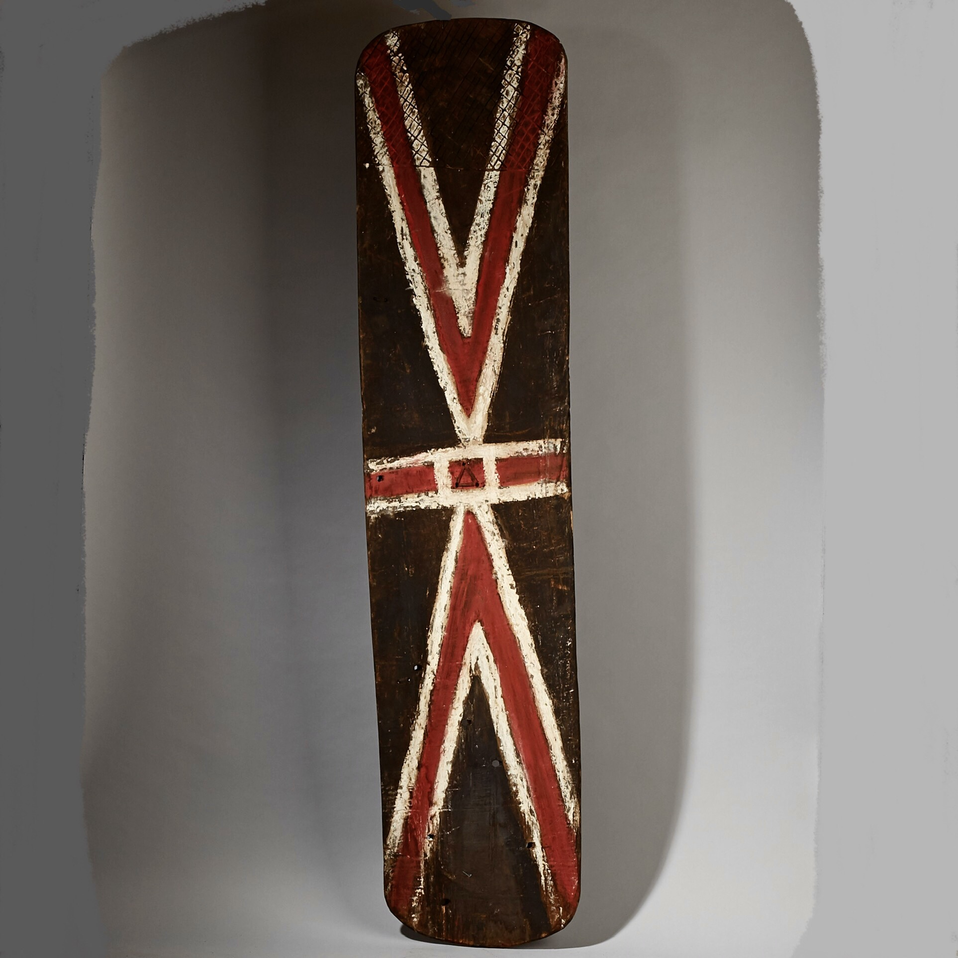 AN EXCLAMATORY HIGHLANDS  SHIELD FROM PAPUA NEW GUINEA ( No 3072 )