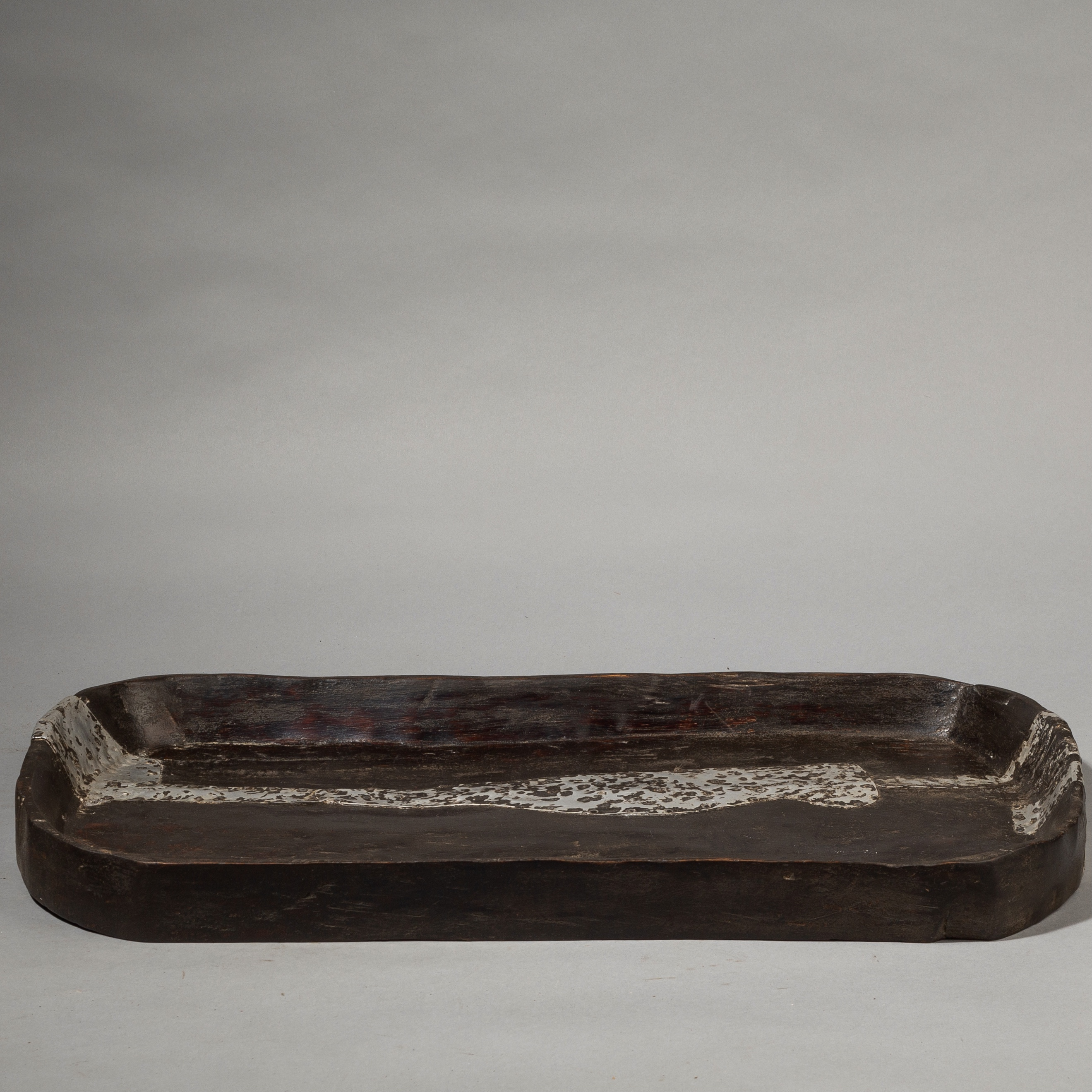A SOPHISTICATED LARGE WOODEN TRAY, FIPE TRIBE OF TANZANIA ( No 3595 )
