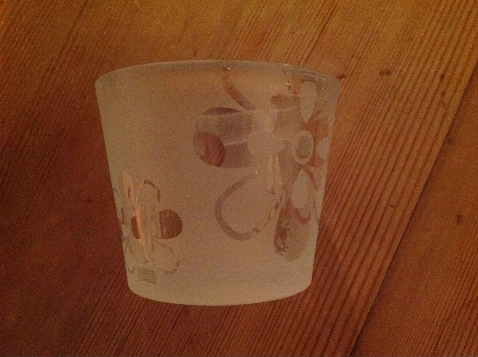 Ljuslykta glas med frostade blommor (second hand, vintage, retro)