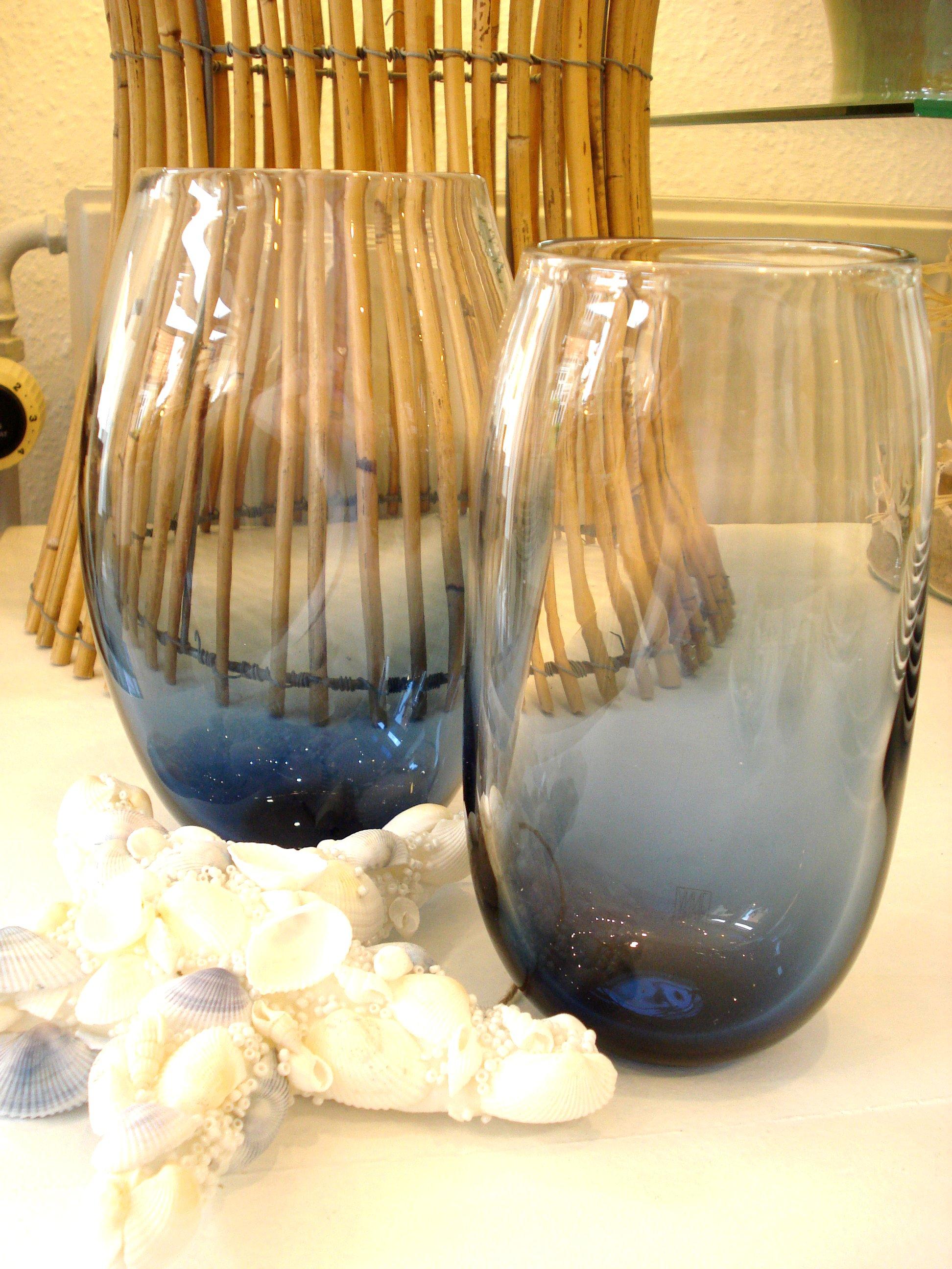 Store glasvaser i mørkeblå