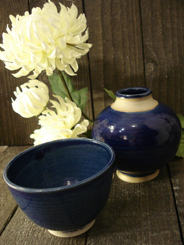 Blå vase eller skål i stentøj
