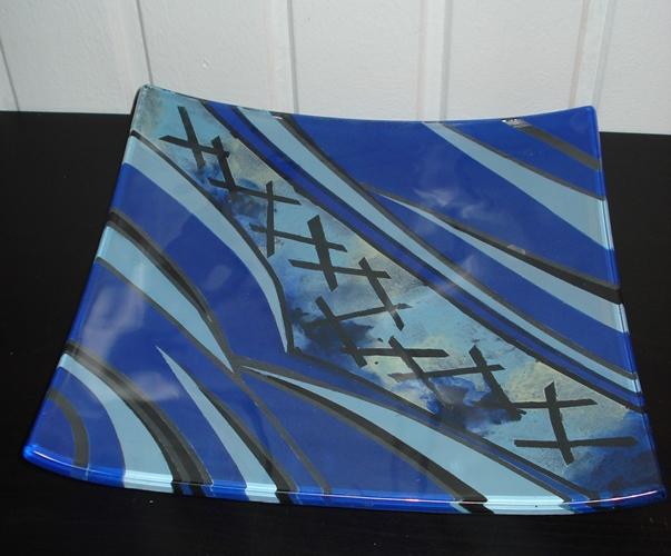 Håndmalet glasfad med abstrakt mønster
