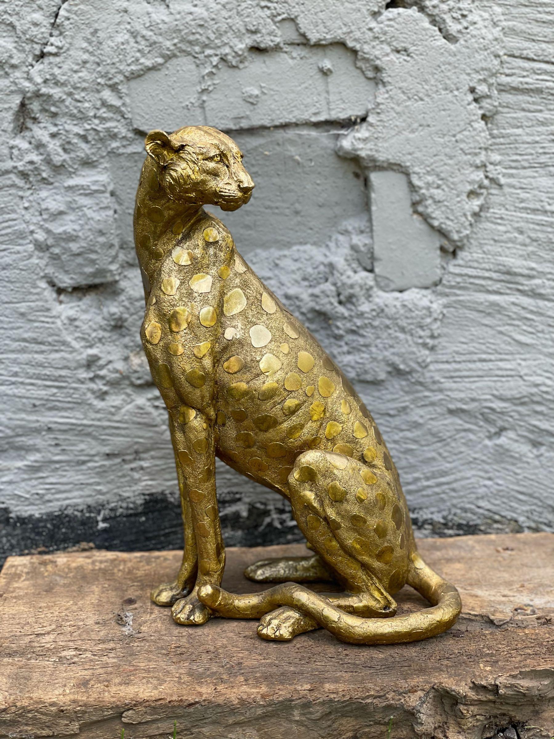 Leopard sittande guld