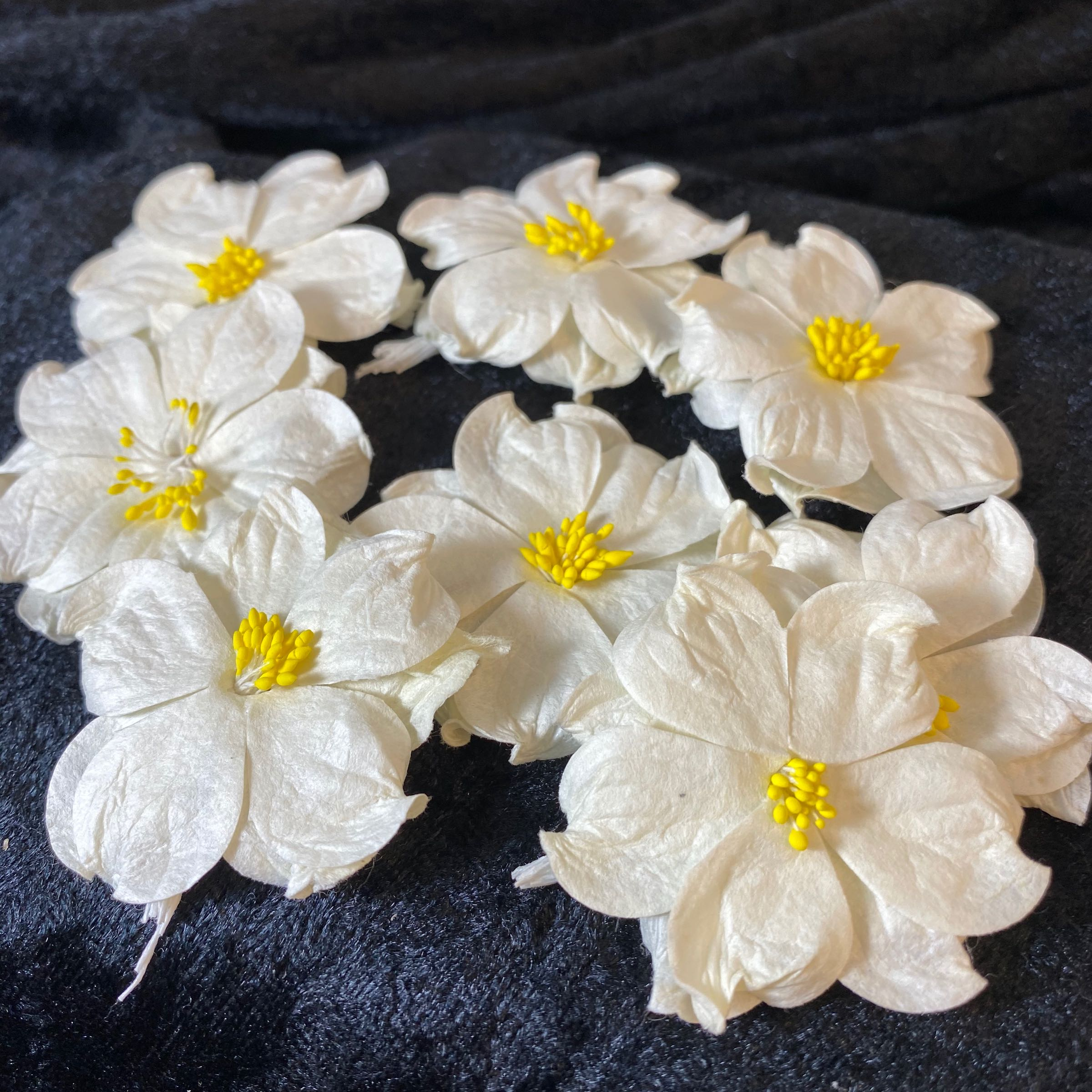 Papirdesign blomst  kremhvit  med gul støvbærer