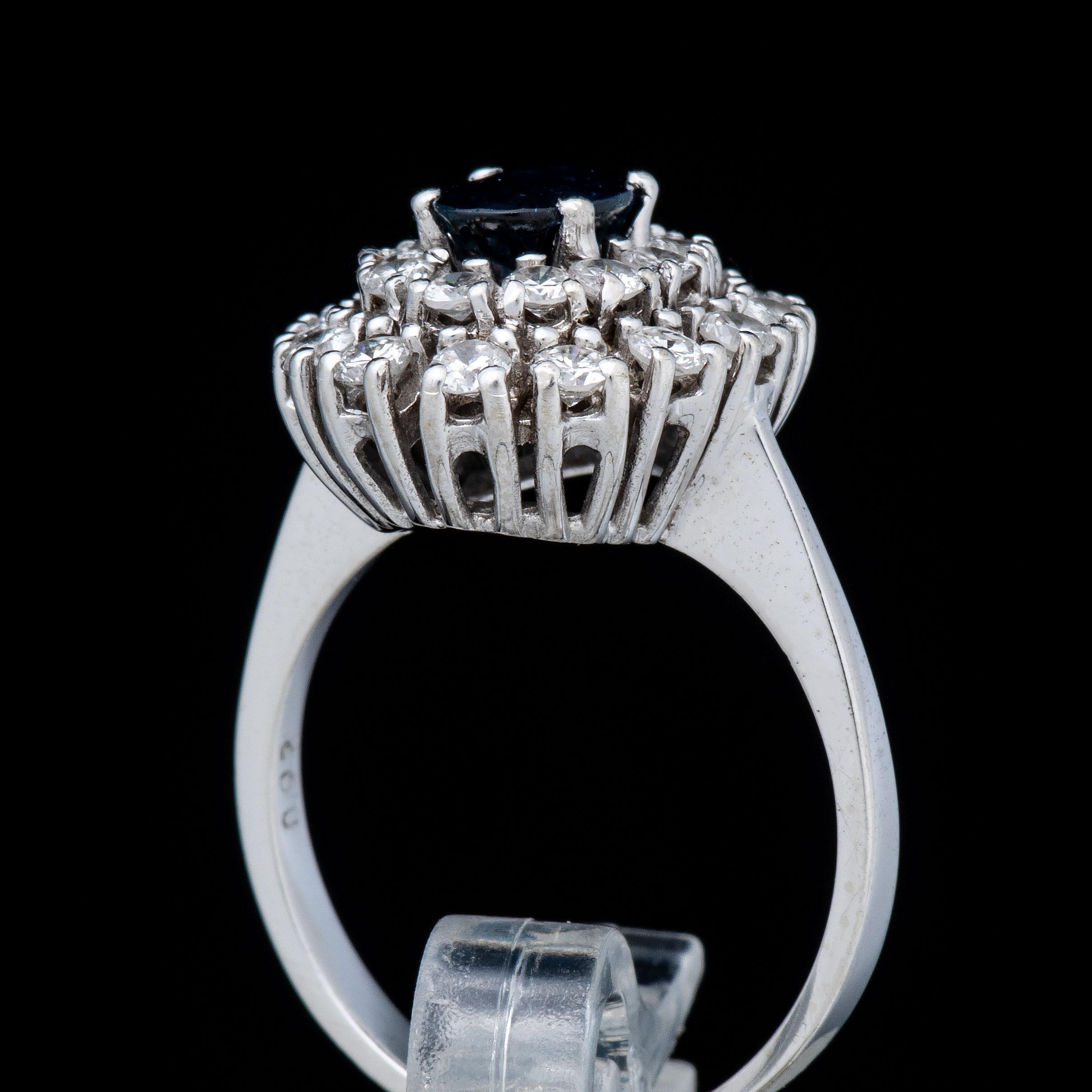 Safir rosettring, hvitt gull, diamanter (0,92 ct.)